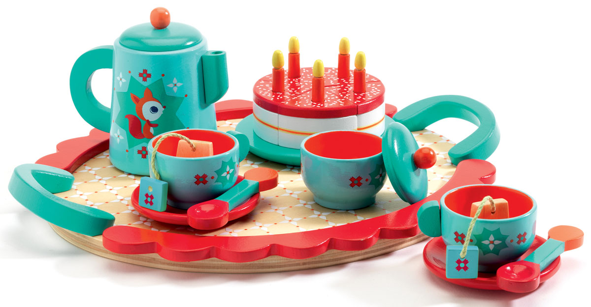 """Игровой набор Djeco """"Чаепитие у Лисички"""" позволит весело и полезно провести время. Маленькая хозяюшка с большим удовольствием приготовит праздничное чаепитие и пригласит на него все свои любимые игрушки, маму и друзей. Девочка сможет заварить вкусный чай и полакомиться сладким тортиком, задув на нем свечки. С этим симпатичным набором можно каждый день праздновать чей-нибудь День Рождение! Очаровательный деревянный набор посуды со столиком Djeco идеально подойдет для обеда с вашими плюшевыми друзьями."""