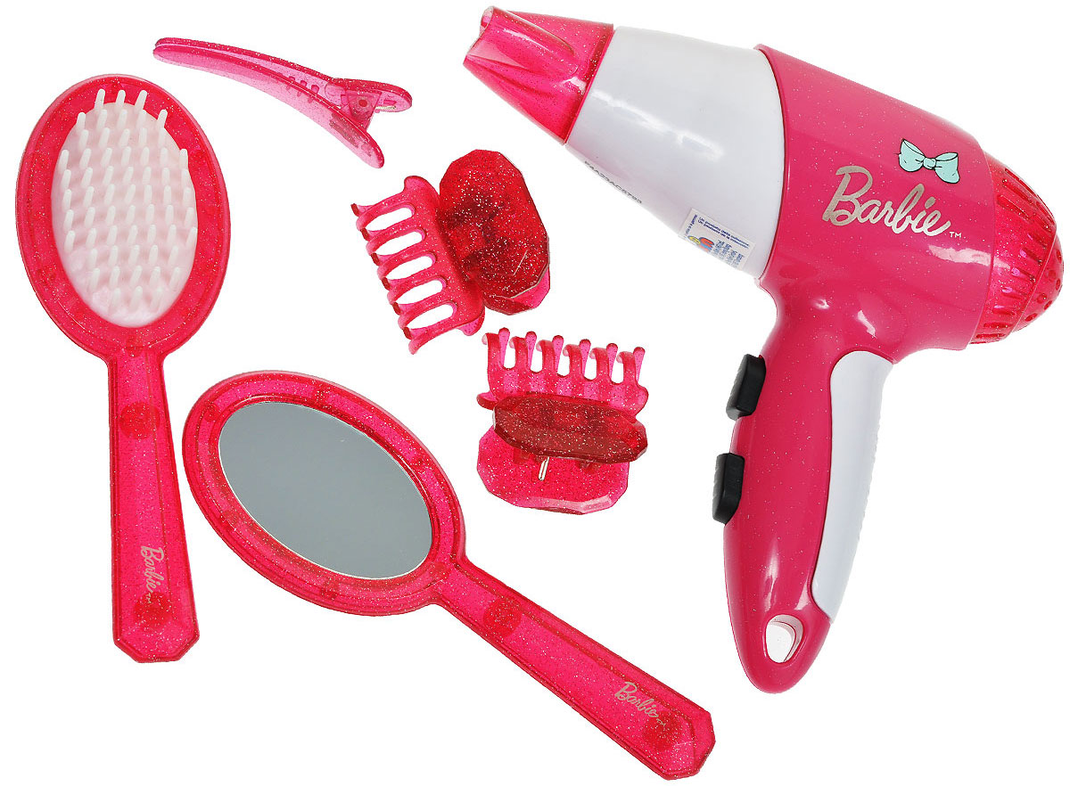 """Игровой набор Klein """"Barbie. Стилист"""" позволит вашей юной моднице создавать удивительные прически не только своим куколкам! В набор входит все необходимое: фен, насадка на фен, расческа, зеркало и четыре заколочки. Фен совсем как настоящий - при нажатии на кнопку он воспроизводит реалистичные звуки работающего фена и дует легкий поток воздуха. Элементы набора хранятся в полупрозрачном пластиковом чемоданчике с удобной нескользящей ручкой, который ваша малышка всегда сможет взять с собой в поездку или на прогулку. Ваша малышка с удовольствием будет играть с набором, представляя себя настоящим парикмахером и мастером своего дела! Необходимо докупить батарею напряжением 1,5V (не входит в комплект)."""