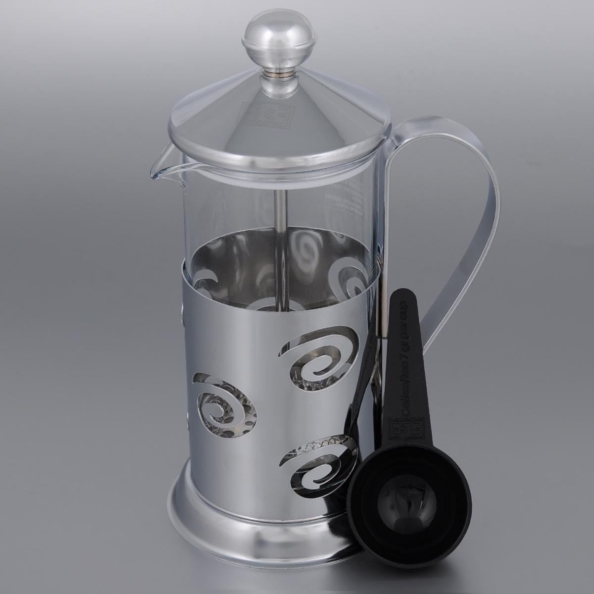 Френч-пресс Else Monaco, с ложкой, 350 мл54 009312Френч-пресс Else Monaco поможет приготовить вкусный ароматный чай или кофе. Им очень легко пользоваться: засыпьте внутрь заварку, залейте водой, накройте крышкой с поднятым поршнем, дайте настояться и затем медленно опустите поршень. Таким образом напиток заваривается без чаинок. Колба изготовлена из жаропрочного стекла, устойчивого к царапинам и термошоку. Колба выполнена по технологии антикапля: верхний край и носик имеют специальный усиленный ободок, который препятствует скатыванию капель по наружной стенке чайника. Капля не падает с носика чайника, а втягивается обратно. Корпус френч-пресса выполнен из нержавеющей стали с хромированным покрытием и украшен перфорацией в виде спиралей. Точечная спайка металлических частей производится по технологии invisible, которая делает места соединения деталей незаметными. Полировка с использованием специальных паст на основе натуральных компонентов придает изделию ослепительный блеск. Идеально отшлифованные поверхности и элементы приятны на ощупь, обладают меньшей теплопроводностью и высокими грязеотталкивающими свойствами. Крышка френч-пресса изнутри покрыта пищевым нетоксичным пластиком. Это соответствует гигиеническим требованиям, способствует сохранению тепла и препятствует чрезмерному нагреву самой крышки. Диаметр колбы: 7 см. Высота френч-пресса: 20 см. Диаметр основания френч-пресса: 9 см. Длина ложки: 10 см.