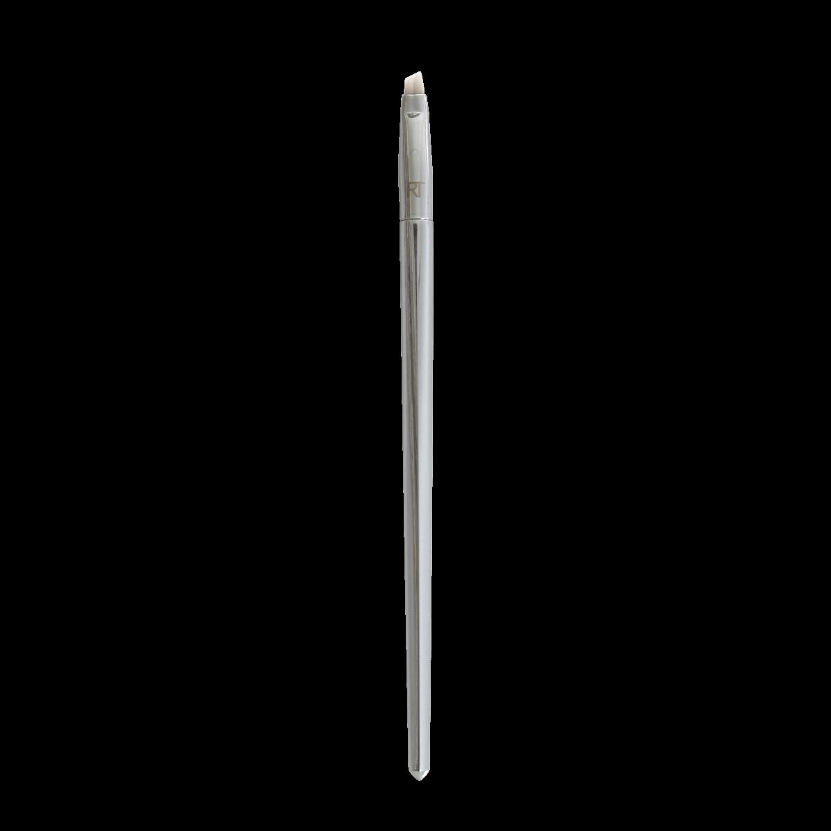 Real Techniques Кисть для подводки ANGLED LINER 20212-574Кисть 202 angledliner от RealTechniques создана для безупречного нанесения подводки для глаз. Усовершенствованная ручка имеет оптимальную длину и ширину, благодаря чему кисть очень удобно лежит в руке, значительно упрощая процесс создания идеальных стрелок. Короткий скошенный ворс отличается одновременно удивительной мягкостью и упругостью, что позволяет легко рисовать стрелки различной ширины. Кисть равномерно распределяет текстуру подводки, не создавая разводов и неровностей в цвете. Ворс не вызывает раздражения,не колет и не царапает кожу. Кроме того, он не линяет и не пушится, благодаря чему линия подводки всегда получается ровной и аккуратной. Искусственный ворс - таклон ручной набивки и стрижки