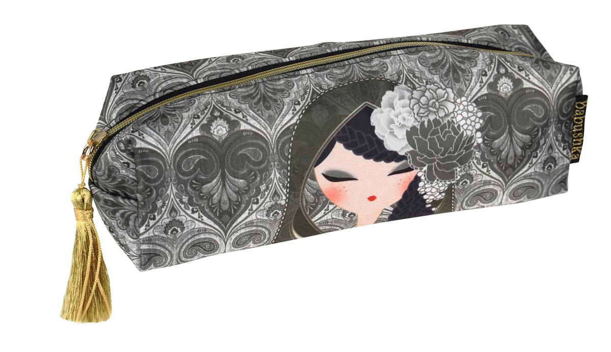 Косметичка Kimmidoll. BKF008INT-06501Яркая косметичка Kimmidoll выполнена из сатина и текстиля, оформлена изображением японской куколки в кимоно.Косметичка имеет одно отделение и закрывается на застежку-молнию. Бегунок молнии дополнен золотистой кисточкой.Такой аксессуар оригинального дизайна придется по душе любительнице стильных и практичных вещиц. Он не займет много места в сумочке и добавит индивидуальности своей обладательнице.