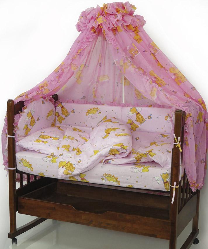 Топотушки Комплект детского постельного белья Жираф Вилли цвет розовый 7 предметовS03301004Комплект постельного белья из 7 предметов включает все необходимые элементы для детской кроватки.Комплект создает для Вашего ребенка уют, комфорт и безопасную среду с рождения; современный дизайн и цветовые сочетания помогают ребенку адаптироваться в новом для него мире. Комплекты «Топотушки» хорошо вписываются в интерьер как детской комнаты, так и спальни родителей.Как и все изделия «Топотушки» данный комплект отражает самые последние технологии, является безопасным для малыша и экологичным. Российское происхождение комплекта гарантирует стабильно высокое качество, соответствие актуальным пожеланиям потребителей, конкурентоспособную цену.Балдахин 4,5м (вуаль с рисунком); охранный бампер 360х50см. (из 4-х частей, наполнитель – холлофайбер); подушка 40х60см. (наполнитель – холлофайбер); одеяло 140х110см. (наполнитель – холлофайбер); наволочка 40х60см; пододеяльник 147х112см; простынь на резинке 120х60см