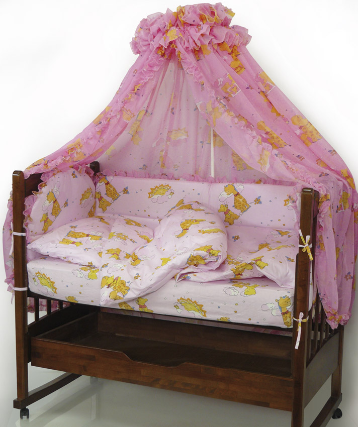 Топотушки Комплект детского постельного белья Жираф Вилли цвет розовый 6 предметовS03301004Комплект постельного белья из 6 предметов включает все необходимые элементы для детской кроватки.Комплект создает для Вашего ребенка уют, комфорт и безопасную среду с рождения; современный дизайн и цветовые сочетания помогают ребенку адаптироваться в новом для него мире. Комплекты «Топотушки» хорошо вписываются в интерьер как детской комнаты, так и спальни родителей.Как и все изделия «Топотушки» данный комплект отражает самые последние технологии, является безопасным для малыша и экологичным. Российское происхождение комплекта гарантирует стабильно высокое качество, соответствие актуальным пожеланиям потребителей, конкурентоспособную цену.Охранный бампер 360х50см. (из 4-х частей на молнии, наполнитель – холлофайбер); Подушка 40х60см (наполнитель – холлофайбер); Одеяло 140х110см (наполнитель – холлофайбер); Наволочка 40х60см; Пододеяльник 147х112см; Простынь на резинке 120х60см.