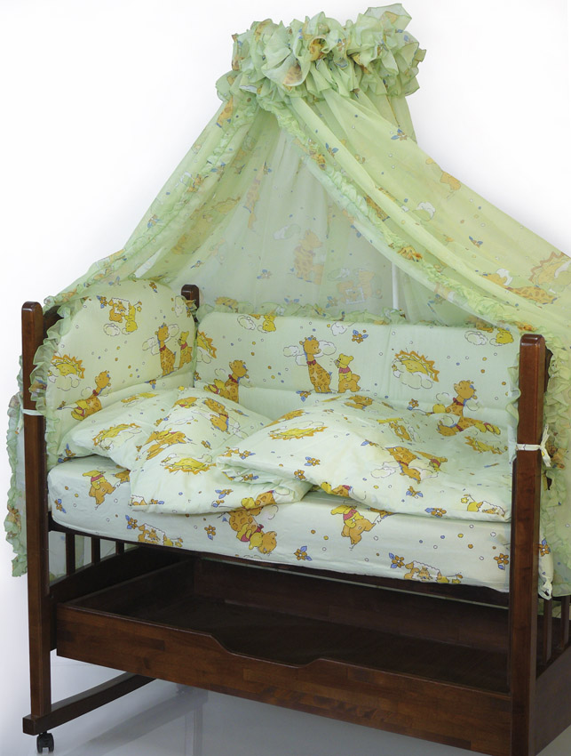 Топотушки Комплект детского постельного белья Жираф Вилли цвет зеленый 7 предметов140р-50ХККомплект постельного белья из 7 предметов включает все необходимые элементы для детской кроватки. Комплект создает для Вашего ребенка уют, комфорт и безопасную среду с рождения, современный дизайн и цветовые сочетания помогают ребенку адаптироваться в новом для него мире. Комплекты «Топотушки» хорошо вписываются в интерьер как детской комнаты, так и спальни родителей. Как и все изделия «Топотушки» данный комплект отражает самые последние технологии, является безопасным для малыша и экологичным. Российское происхождение комплекта гарантирует стабильно высокое качество, соответствие актуальным пожеланиям потребителей, конкурентоспособную цену. Комплектация:Балдахин 450 х 180 смБорт 360 х 50 см (из 4-х частей на молнии, наполнитель - холлофайбер)Подушка 40 х 60 см (наполнитель - холлофайбер)Наволочка 40 х 60 смОдеяло 100 х 140 см (наполнитель - холлофайбер)Пододеяльник 104 х 146 смПростыня 60 х 120 смУважаемые клиенты! Обращаем ваше внимание на тот факт, что на бампер идет без рюш. Комплект, изображенный на фото, служат для визуального восприятия товара.
