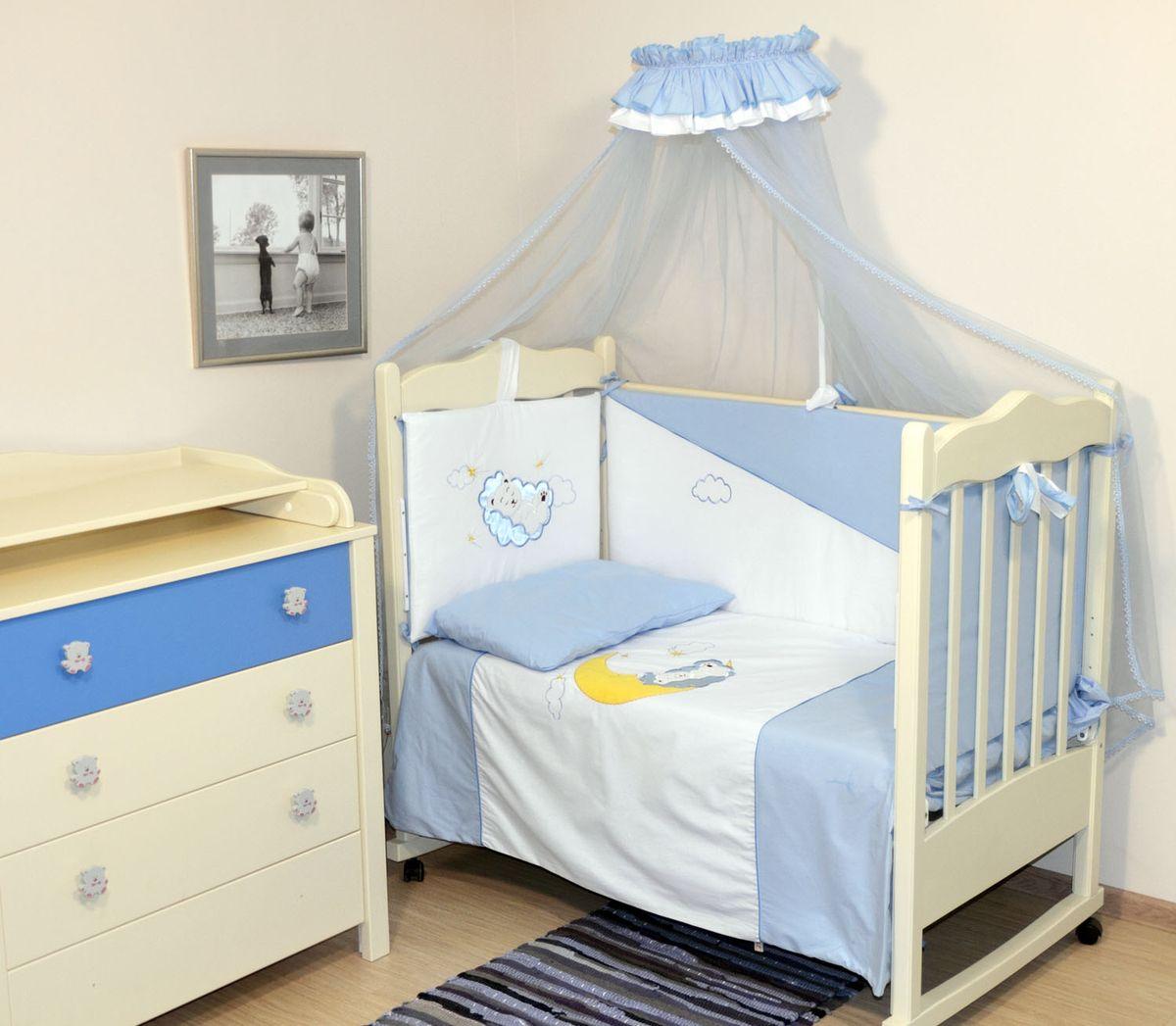 Топотушки Комплект детского постельного белья Марсель цвет голубой 6 предметов531-105Комплект постельного белья из 6 предметов включает все необходимые элементы для детской кроватки.Комплект создает для Вашего ребенка уют, комфорт и безопасную среду с рождения; современный дизайн и цветовые сочетания помогают ребенку адаптироваться в новом для него мире. Комплекты «Топотушки» хорошо вписываются в интерьер как детской комнаты, так и спальни родителей.Как и все изделия «Топотушки» данный комплект отражает самые последние технологии, является безопасным для малыша и экологичным. Российское происхождение комплекта гарантирует стабильно высокое качество, соответствие актуальным пожеланиям потребителей, конкурентоспособную цену.Охранный бампер 360х50см. (из 4-х частей на молнии, наполнитель – холлофайбер); подушка 40х60см (наполнитель – холлофайбер); одеяло 140х110см (наполнитель – холлофайбер); наволочка 40х60см; пододеяльник 147х112см; простынь на резинке 120х60см.