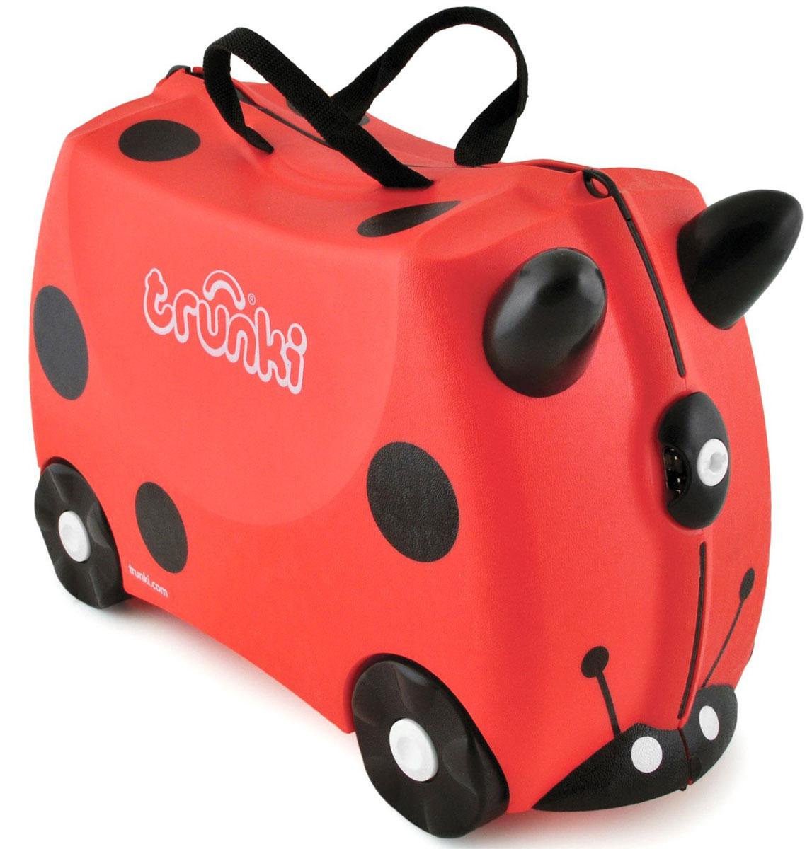 Trunki Чемодан-каталка Божья коровка0092-GB01-P1Детский чемодан-каталка Trunki Божья коровка - оригинальный чемодан на колесах, созданный, чтобы избавить маленьких путешественников от скуки и усталости.Корпус чемодана выполнен в форме седла, чтобы маленькому наезднику было комфортно сидеть. Его расцветка напоминает божью коровку, и когда катишься на нем, можно представлять, что летишь над землей на спине гигантского насекомого. Малыш может держаться за специальные рожки на передней части чемодана. Форма рожек специально разработана для детских ручек. Чемодан имеет 4 колеса и стабилизаторы, которые не позволят чемодану опрокинуться. Для переноски у чемодана предусмотрены 2 текстильные ручки, а также ремень через плечо, который можно использовать для буксировки чемодана. Чемодан содержит вместительное отделение с фиксирующейся Х-образной резинкой. Также в чемодане имеется длинный кармашек для мелочей. Закрывается чемодан на две защелки. Крышка чемодана плотно прилегает к основанию, уплотнитель между ними не позволит мелким предметам выпасть из него.Чемодан-каталка Trunki Божья коровка поможет ребенку не заскучать во время длительных перелетов и ожидания в аэропорту.