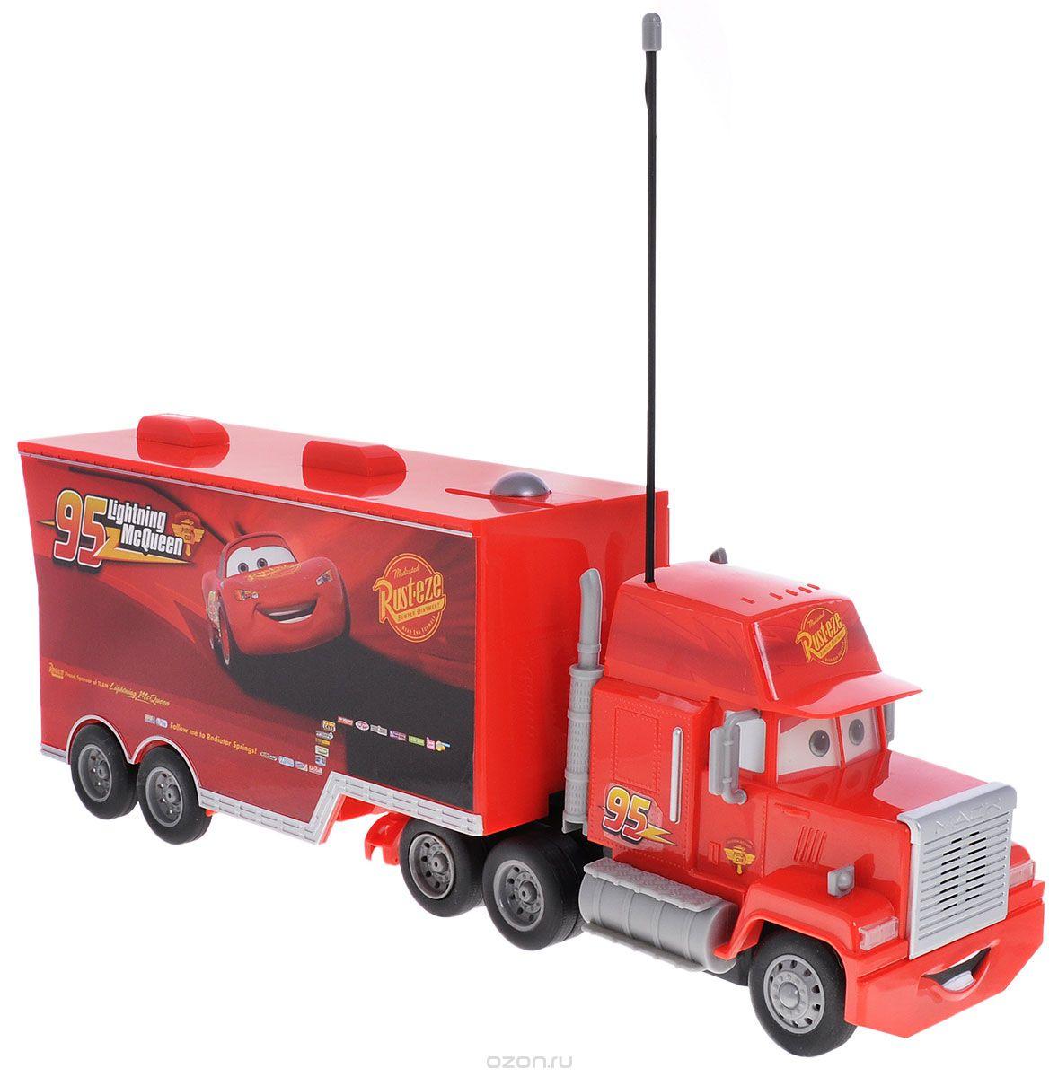 """Машина с дистанционным управлением Cars """"Мак Трак"""" со световыми и звуковыми эффектами непременно понравится вашему ребенку. Машина выполнена из безопасного пластика в виде грузовика Мака - персонажа мультфильма """"Тачки"""". Машина ездит по поверхности, управляемая пультом. Также она оснащена большим прицепным фургоном, в который легко помещаются автомобили Dickie из серии Cars. В комплект входят машина, пульт управления и инструкция по эксплуатации на русском языке. Игрушки на радиоуправлении помогают ребенку не только весело проводить свое свободное время, но и развивать внимание и концентрацию. Порадуйте его таким замечательным подарком! Пульт управления работает от 3 батареек ААА, машина работает от 3 батареек АА (не входят в комплект)."""