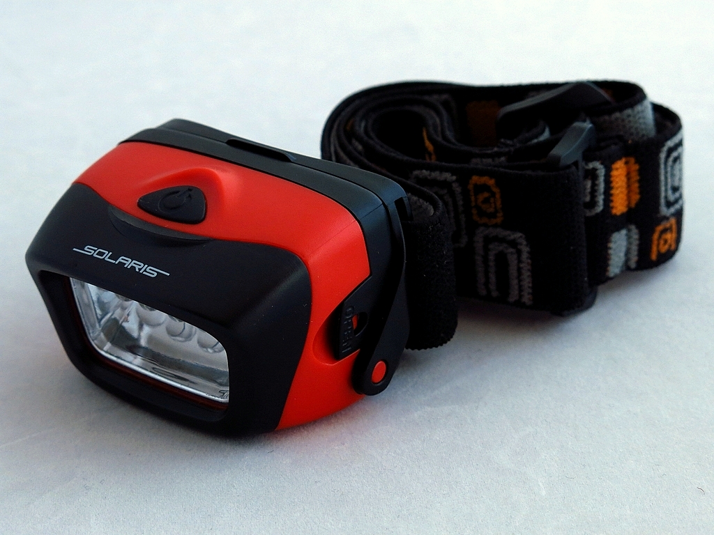 Фонарь светодиодный Solaris L20, налобный, цвет: красныйKOC-H19-LEDПростой и эффективный высококачественный налобный светодиодный фонарь Solaris L20, с повышенным временем автономной работы.Корпус фонаря выполнен из противоударного ABS пластика.Водозащищенный — стандарт IPX5. Особенности:- фонарь снабжен 5 современным светодиодами и коническим пирамидальным отражателем, благодаря чему достигается широкий угол рассеивания света и достаточная яркость. Очень удобен для работы на ближней дистанции. - благодаря экономичным светодиодам и мощному электропитанию (3 батарейки ААА), фонарь имеет повышенное время автономной работы без замены батареек - до 20 часов в максимальном режиме.Головная часть фонаря снабжена трещоточным механизмом и цапфами для регулировки по вертикальной оси - этим достигается изменение направления светового луча по высоте.Быстросъемная задняя крышка на клипсах, с резиновым уплотнением, для быстрой замены батареек.Встроенный стабилизатор напряжения.Комплектация:- фонарь - 3 батарейки АААМощность светового потока: до 20 люмен. Дальность эффективного излучения света: до 20 метров.