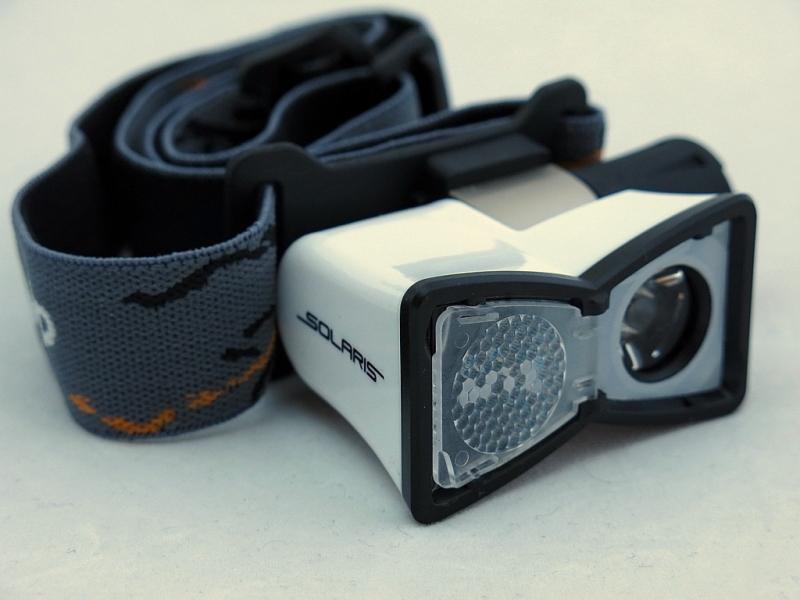 Фонарь светодиодный Solaris M20, налобный, цвет: белый67744Многоцелевой высококачественный налобный светодиодный фонарь Solaris M20 - компактный и легкий, с перекидной шторкой диффузора и клипсой для крепления. Корпус фонаря выполнен из противоударного ABS пластика. Водонепроницаемый — стандарт IPX8. Встроенный стабилизатор напряжения. Фонарь снабжен современным светодиодом CREE XP-E Q5 (США).Особенности:- рефлектор фонаря снабжен перекидной шторкой диффузора. При установке шторки на рефлектор фонарь эффективно рассеивает свет для работы на ближней дистанции.- фонарь можно снять с оголовного ремня и прикрепить с помощью клипсы (в комплекте) на лямку рюкзака, карман одежды, брючный ремень и т.п.Также можно использовать фонарь без оголовного ремня - в качестве карманного фонаря для повседневного ношения.Особенности конструкции: - перекидная шторка диффузора; - съемная клипса; - четыре режима работы фонаря: High (полная мощность), Medium (средний режим), Low (экономичный режим), SOS (три коротких-три длинных-три коротких вспышки); - при включении фонарь начинает работать в максимальном режиме; - включение и переключение режимов работы осуществляется кнопкой в хвостовой части фонаря; - фонарь работает от 1 батарейки АА (в комплекте); - резиновое уплотнение в хвостовике фонаря. Комплектация:- фонарь - батарейка АА - металлическая клипса для крепления.Мощность светового потока: 80 люмен. Дальность эффективного излучения света: 100 метров.