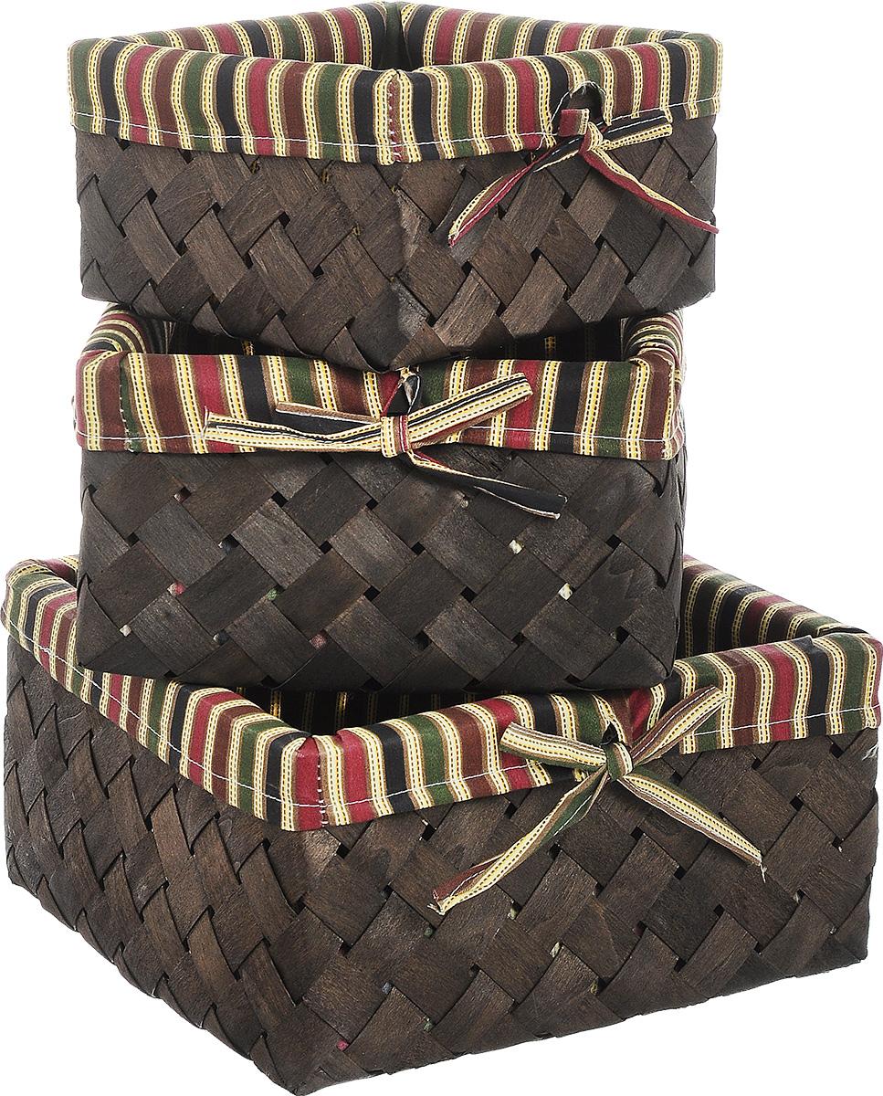 Набор плетеных корзинок Miolla, 3 шт. QL40043974-0060Набор Miolla состоит из трех квадратных плетеных корзинок разного размера. Изделия выполнены из плетеной древесины и обтянуты тканью с оригинальным принтом в полоску. Такие корзинки прекрасно подойдут для хранения хлеба и других хлебобулочных изделий, печенья, а также бытовых принадлежностей и различных мелочей. Стильный дизайн корзинок сделает их украшением интерьера помещения. Подойдут для кухни, спальни, прихожей, ванной. Размер малой корзины: 21 х 21 х 11,5 см. Размер средней корзины: 25 х 25 х 14 см. Размер большой корзины: 30 х 30 х 16 см.
