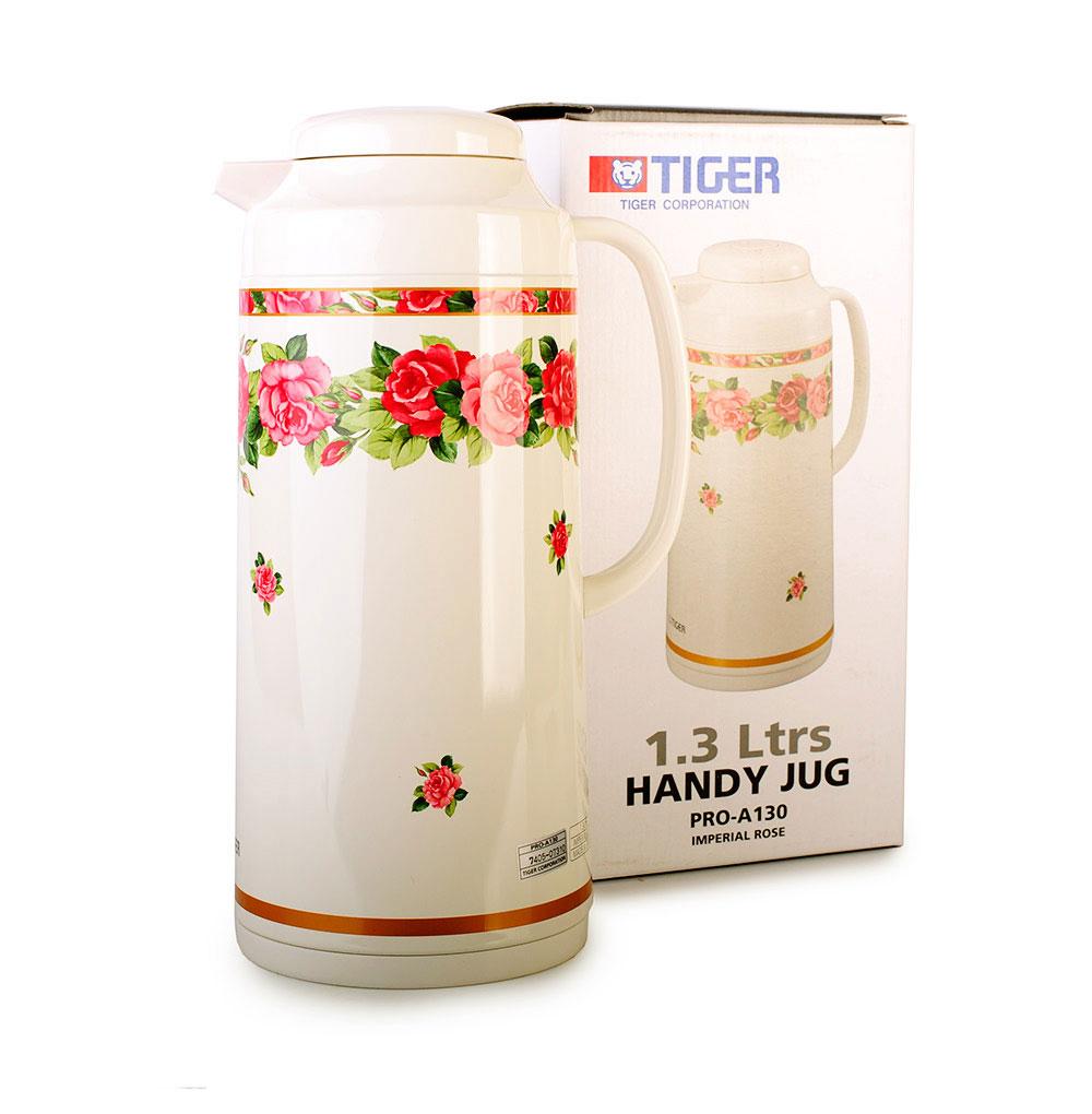 Термос Tiger Императорская роза, с колбой, 1,3 лTIM-130Термос Tiger изготовлен из металла с покрытием молочного цвета, оформленным цветочным узором. Внутренняя колба выполнена из стекла. При изготовлении колбы применяется тщательная полировка внутренней поверхности, благодаря которой вероятность образования отложений и неприятного запаха внутри сосуда минимальна. Благодаря применению медной фольги между стенками колбы, тепловая энергия отражается внутрь колбы, что обеспечивает минимальное понижение температуры (за 24 часа - максимум на 15°C).Инновационные разборные пробки с одной стороны создают тщательное уплотнение между крышкой и корпусом термоса (он не протечет, даже если вы опустите термос в воду), с другой - термос очень легко разбирается и моется. Термос оснащен ручкой, удобным носиком и плотно закручивающейся крышкой. Японские термосы по-своему уникальны.Философия Tiger - это не просто массовое производство удобных вещей, это необходимость сделать все возможное для придания им красоты, радости пользования и тепла.