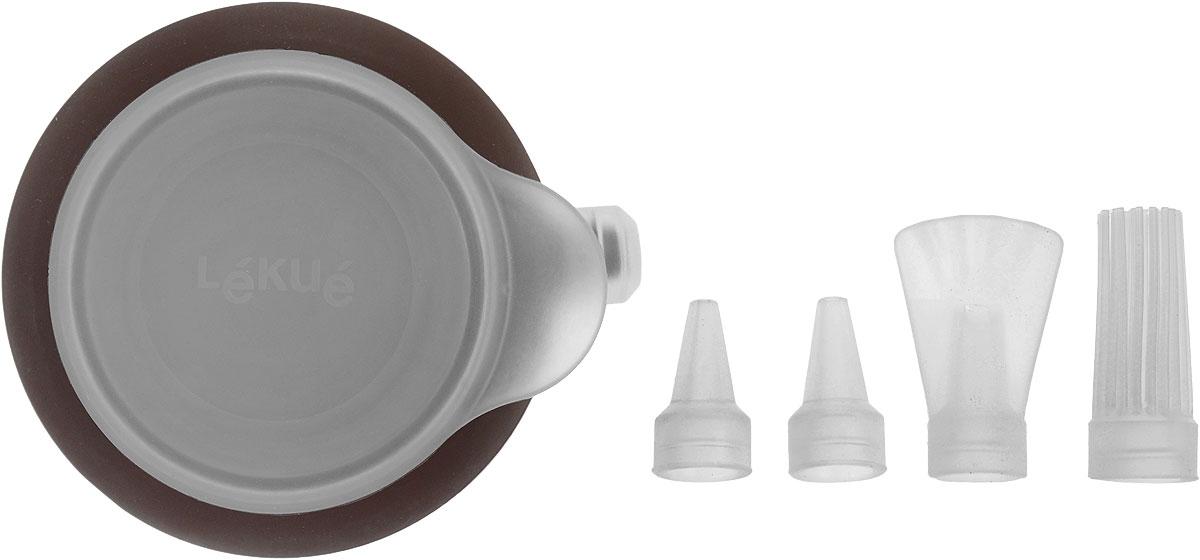 Декоратор Lekue Decopen, 4 насадки, цвет: коричневый68/5/3Декоратор Lekue Decopen выполнен из силикона и имеет очень удобную конструкцию, позволяющую сменить насадку-дозатор в процессе украшения блюда. В качестве материаладля росписи могут использоваться крема, сахарная глазурь, кетчуп, майонез, соус, которые легко набираются вдекоратор. Благодаря тому, что декоратор плотно закрывается крышкой, его можно положить в холодильник нахранение или охладить наполнитель в случае необходимости. К тому же, плотно закрытая крышка позволит вашимрукам всегда оставаться чистыми. Материал, из которого сделан декоратор, гарантирует, что он прослужит напротяжении многих лет, будет легок и полезен в использовании, и станет маленьким секретом идеальной хозяйки. В комплекте - 4 съемные силиконовые насадки. Декоратор можно использовать в микроволновой печи, холодильнике и мыть в посудомоечной машине.Размер декоратора (без учета насадок и носика): 8,5 х 8,5 х 4 см.Средний размер насадки: 1,8 х 1,8 х 4,1 см.