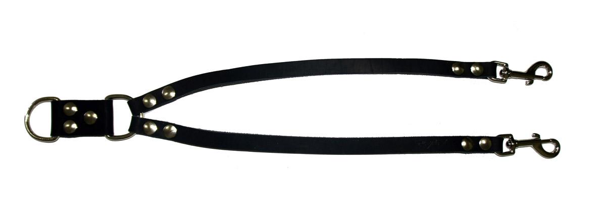 Сворка для собак Аркон Стандарт, цвет: черный, ширина 1,6 см, длина 57 смPEA-05RСворка Аркон Стандарт выполнена из высококачественного металла и натуральной кожи. Это раздвоенный поводок с двумя карабинами, концы которых соединены одним кольцом. Изделие предназначено для вождения двух собак в общественных местах. Очень легкая, прочная и удобная в эксплуатации. Ширина сворки: 1,6 см.Длина сворки: 57 см.