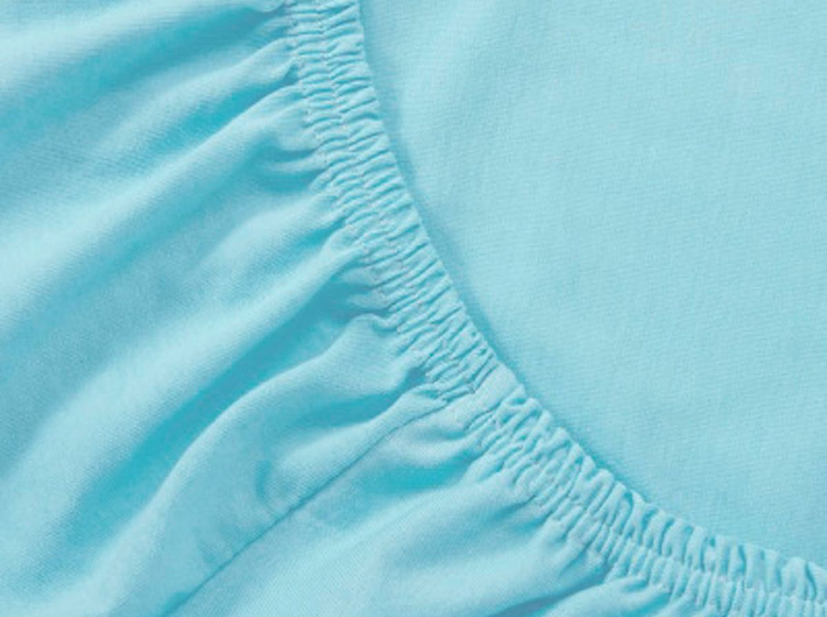 Простыня на резинке Хлопковый Край, цвет: бирюза, размер 120 х 200 см531-105Простыня на резинке Хлопковый Край изготовлена из натурального хлопка. Она обладает высокой плотностью, необычайной мягкостью и шелковистостью. Простыня из такого материала выдержит большое количество стирок и не потеряет цвет. Простыня прошита резинкой по всему периметру, что обеспечивает более комфортный отдых, так как она прочно удерживается на матрасе и избавляет от необходимости часто поправлять простыню. Простыня на резинке Хлопковый Край абсолютно безопасна для самых маленьких членов семьи.Выбрав простыню нужной вам расцветки, вы можете легко комбинировать ее с различным постельным бельем.Подходит для матрасов высотой до 25 см.
