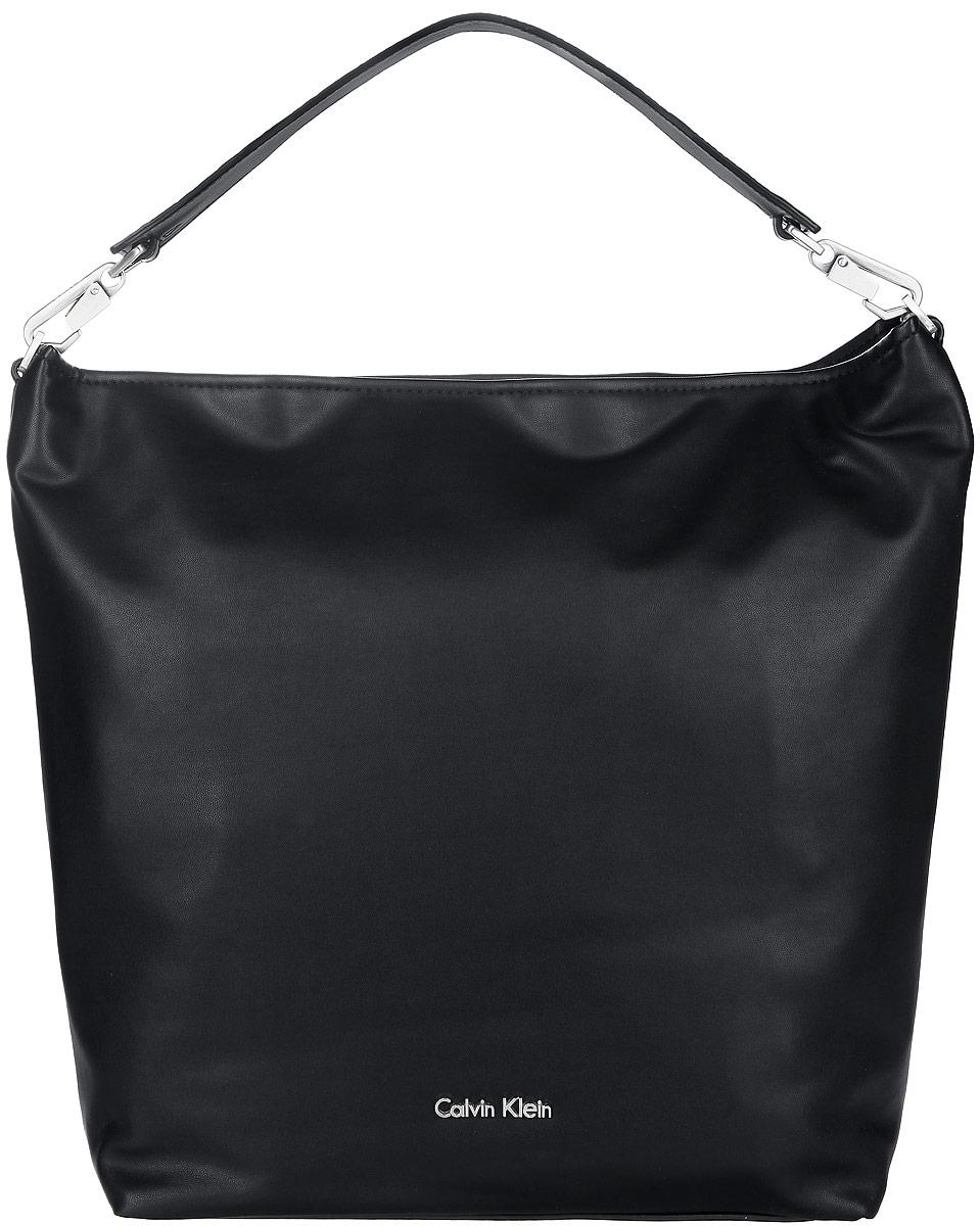 Сумка женская Calvin Klein Jeans, цвет: черный. K60K6013832582-1белыеСтильная женская сумка Calvin Klein выполнена из полиуретана, оформлена металлической фурнитурой с символикой бренда.Изделие содержит одно вместительное отделение и закрывается на молнию. Внутри расположены два накладных кармана и врезной карман на молнии.Сумка оснащена съемной широкой лямкой для переноски.Оригинальный аксессуар от Calvin Klein позволит вам завершить образ и быть неотразимой.