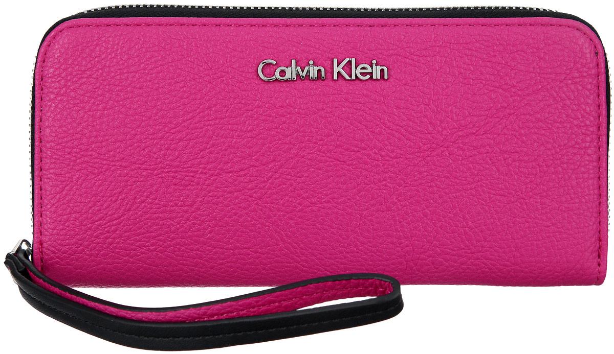 Кошелек женский Calvin Klein Jeans, цвет: розовый. K60K601018INT-06501Стильный кошелек Calvin Klein выполнен из полиуретана, оформлен металлической фурнитурой с символикой бренда.Кошелек застегивается на застежку-молнию, бегунок которой дополнен практичным ремешком. Внутри кошелька расположены: два отделения для купюр, два потайных кармашка для мелких документов, восемь карманов для кредитных карт, отделение для монет на молнии.Изделие упаковано в коробку из плотного картона с логотипом фирмы.Этот практичный кошелек Calvin Klein непременно подойдет к вашему образу и порадует простотой, стилем и функциональностью.
