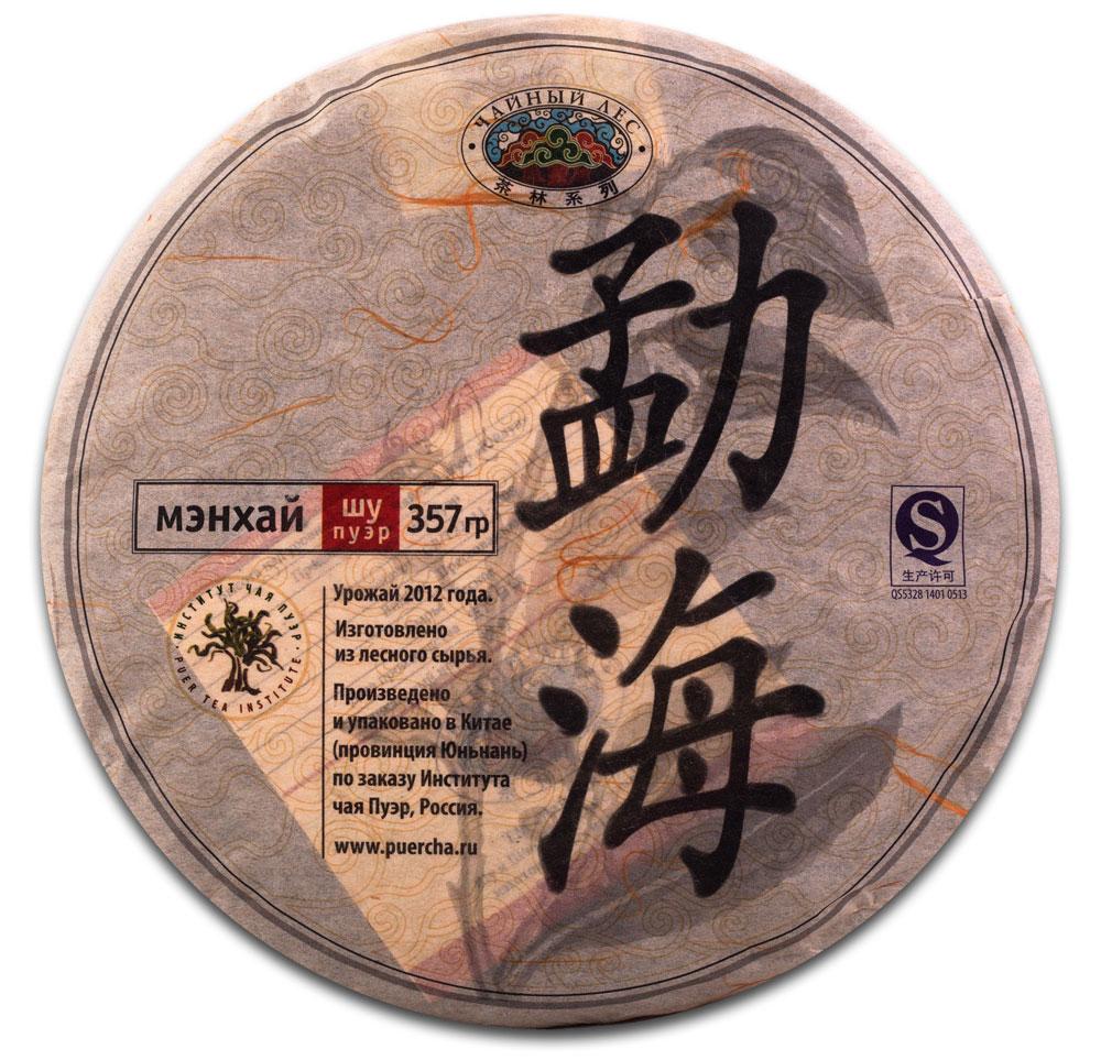 Чай Пуэр Шу Мэнхай Чайный лес лепешка 2012 год, 357 г0120710Уезд Мэнхай является родиной сырья для этого чая. Это место напоминает природный музей, в котором собрано большое количество видов древних чайных деревьев. Здесь всегда обилие туманов, а также достаточное количество солнечного света и дождей.При производстве чая Мэнхай Чайный лес было произведено уникальное купажирование разных сортов, с последующей ускоренной ферментации чайного листа, что позволило получить необыкновенный, плотный и ровный вкус. Чайные листья плотные и толстые, буро-красного цвета с маслянистым оттенком. Очень красивый и ровный внешний вид чайной лепешки. Этот чай произведен с применением каменной прессовки.Настой плотный, прозрачный и блестящий. Уникальный выдержанный вкус. Разваренный лист – буро-красного цвета. Чай имеет коллекционную ценность.Рекомендации по завариванию: Отломите 3-5 г чая при помощи ножа или чайного шила. Залейте кипяток в чайник до половины на 10-15 секунд, а затем слейте полученный настой. Первую промывку пить не рекомендуется. Залейте кипяток (95-100°С) в чайник на 1-2 минуты. Перелейте чай в чашку и наслаждайтесь.