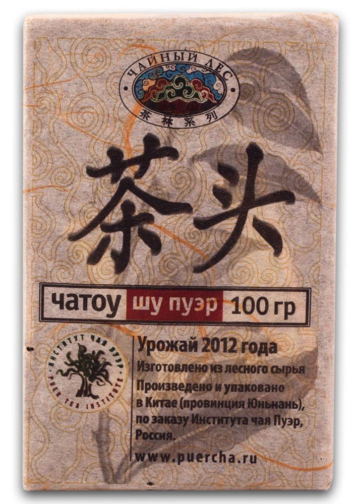 Чай Пуэр Шу Чатоу Чайный лес кирпич 2012 год, 100 г101246Чайными камнями называются слипшиеся вокруг почки чайные листья во время процедуры искусственного ферментирования. В процессе повышения температуры внутри чайной кучи в чайной почке происходит выделение пектозы (желеобразующего вещества), что и позволяет почке и листьям склеиваться. Поскольку они плотно склеены, ферментируются они медленнее, чем основное сырье. Но зато вкусовые качества у них намного богаче.Попробуйте обдать кипятком камни, а потом вдохните аромат. Вы почувствуете гамму оттенков вкуса, начиная от ягодно-малинового до древесного и орехового. Сырье для данных чайных камней собирается со старых деревьев, возрастом более 100 лет, что позволяет чаю заряжать организм энергией на продолжительное время. В отличие от просто рассыпных чайных камней в спрессованном виде они имеют некоторые отличия. Перед прессовкой их опять необходимо распарить. И находясь в спрессованном виде в них запускается вторичный процесс ферментации, чем так знамениты шу и шэн пуэры.Рекомендации по завариванию: Отломите 3-5 г чая при помощи ножа или чайного шила. Залейте кипяток в чайник до половины на 10-15 секунд, а затем слейте полученный настой. Первую промывку пить не рекомендуется. Залейте кипяток (95-100°С) в чайник на 1-2 минуты. Перелейте чай в чашку и наслаждайтесь.