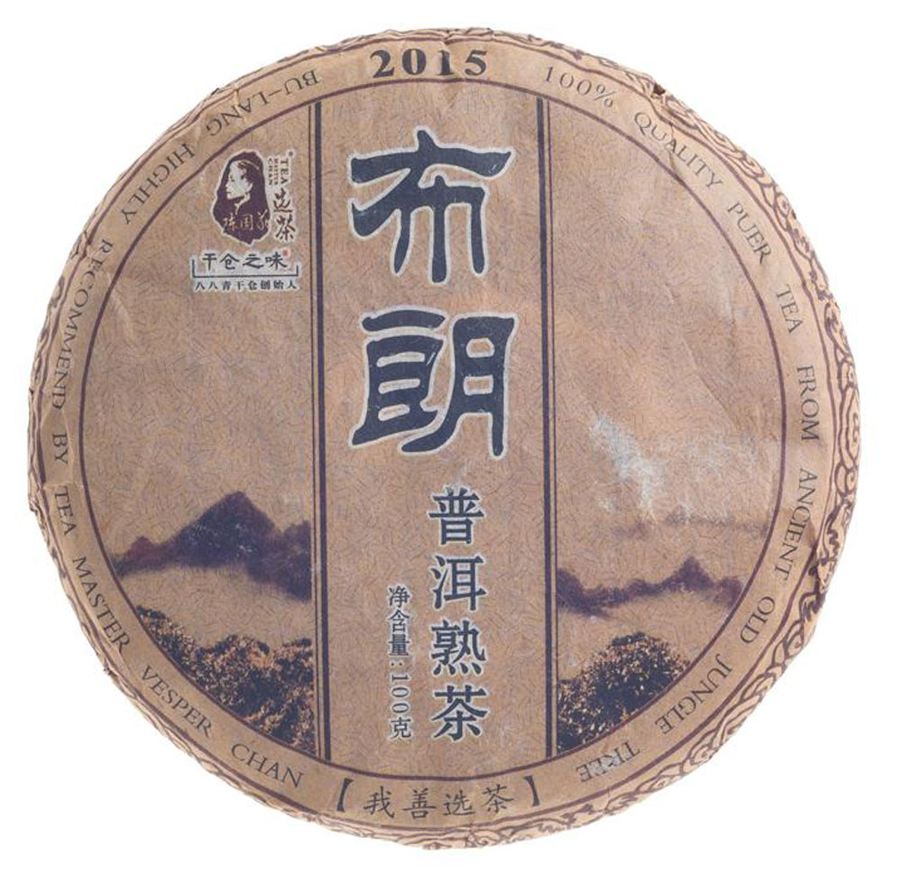 Чай Пуэр Шу Булан 2015 год, 100 г0120710Представляем чай, сделанный мастером и известным коллекционером Чэн Гои. Дело в том, что малая форма Пуэра, в какой выполнен заказ, мало распространена у нас в стране. Тем более редкость, когда такой чай сделан из лесного сырья. Если говорить о географии чая, то Булан – это субрегион родины чая Пуэр, а именно – знаменитый уезд Мэнхай. Всем известен мэнхайский вкус шу пуэра – мягкий, бархатистый, землистый и в меру насыщенный. Цветовая палитра чайного настоя радует прозрачностью и переливами рубинового оттенка. Заваренный чай обладает интересными, заставляющими обратить на себя внимание ореховыми ароматами. По мере остывания они обогащаются заметными сладковатыми оттенками.Рекомендации по завариванию: Отломите 3-5 г чая при помощи ножа или чайного шила. Залейте кипяток в чайник до половины на 10-15 секунд, а затем слейте полученный настой. Первую промывку пить не рекомендуется. Залейте кипяток (95-100С) в чайник на 1-2 минуты. Перелейте чай в чашку и наслаждайтесь.