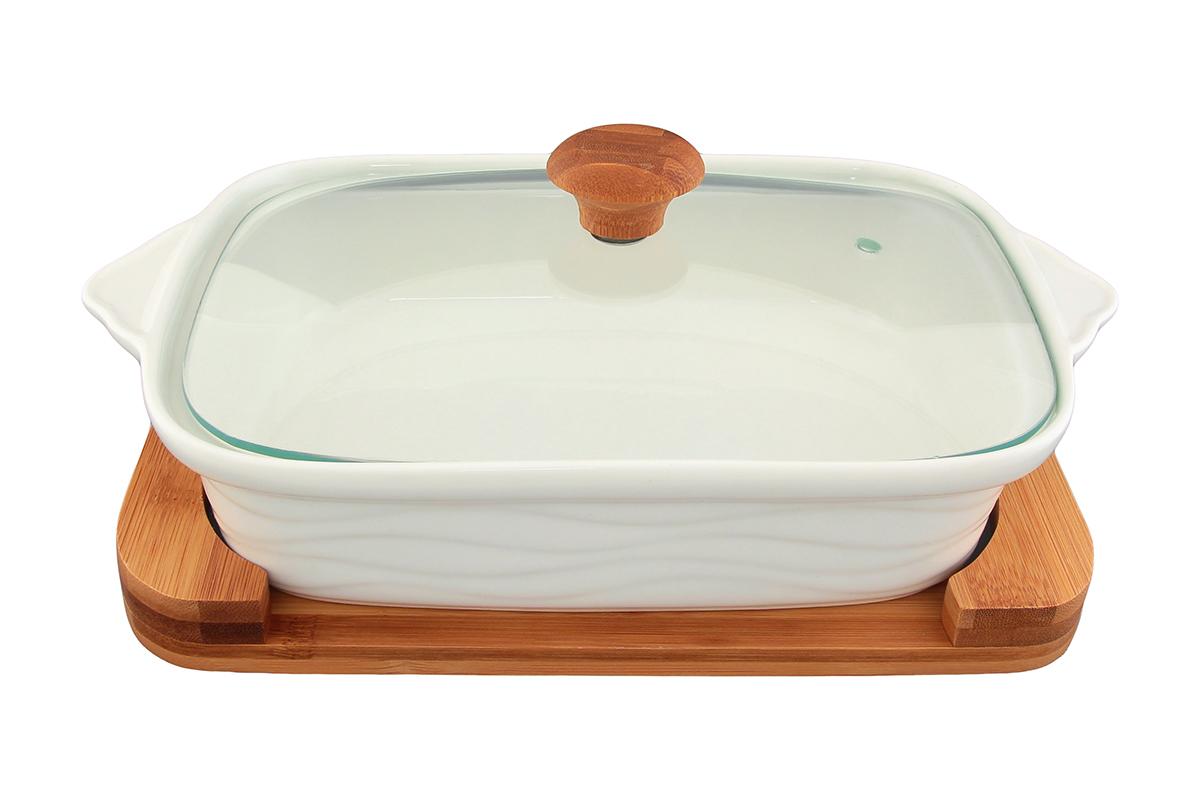 Блюдо для запекания и сервировки Elan Gallery Айсберг, с крышкой, с подставкой, 29,5 х 18 смFS-91909Блюдо для запекания и сервировки Elan Gallery Айсберг, изготовленное из высококачественной керамики, идеально подойдет для приготовления блюд в духовке и микроволновой печи. Посуда выдерживает температуру от -24°C до +220°С. Изделие оснащено стеклянной прозрачной крышкой с ручкой из дерева и отверстием для вывода пара. Деревянная подставка из бамбука снабжена ручками для комфортного использования и переноски. Блюдо станет отличным дополнением к вашему кухонному инвентарю и подчеркнет ваш прекрасный вкус.Можно использовать в микроволновой печи, духовке. Крышка не предназначена для использования при высоких температурах. Размер блюда (с учетом ручек): 29,5 х 18 см. Размер блюда (без учета ручек): 24,5 х 18 см. Высота стенки: 6,2 см. Размер подставки: 26,5 х 17,5 х 2,4 см.Объем блюда: 1,1 л.