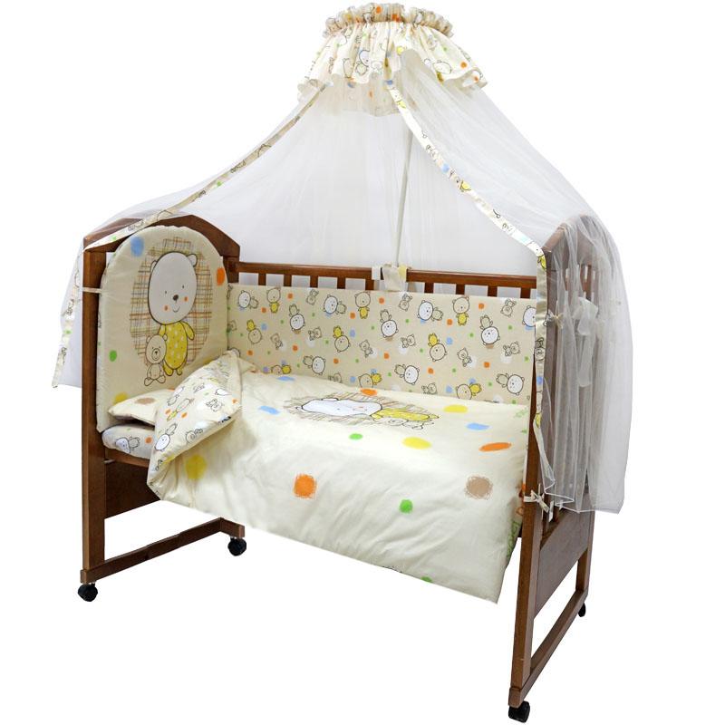 Топотушки Комплект детского постельного белья Мой Медвежонок цвет бежевый 7 предметов140р-50ХККомплект постельного белья из семи предметов включает все необходимые элементы для детской кроватки. Комплект создает для вашего ребенка уют, комфорт и безопасную среду с рождения. Современный дизайн и цветовые сочетания помогают ребенку адаптироваться в новом для него мире. Комплекты Топотушки хорошо вписываются в интерьер, как детской комнаты, так и спальни родителей. Как и все изделия Топотушки, данный комплект отражает самые последние технологии, является безопасным для малыша и экологичным. Российское происхождение комплекта гарантирует стабильно высокое качество, соответствие актуальным пожеланиям потребителей, конкурентоспособную цену. В комплект входят: Борт 360 см х 40 см; Балдахин из сетки 450 см х 160 см; Подушка 40 см х 60 см; Одеяло 140 см х 100 см; Наволочка 40 см х 60 см; Пододеяльник 146 см х 104 см; Простыня на резинке 120 см х 60 см. Комплект упакован в удобную пластиковую сумку с ручками.