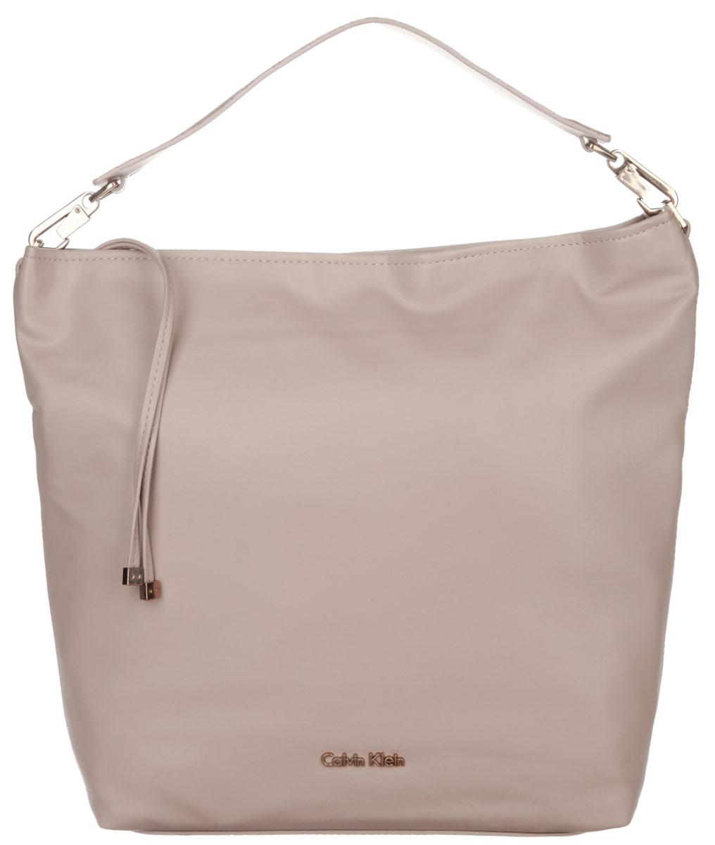Сумка женская Calvin Klein Jeans, цвет: бежевый. K60K601383205065-001Стильная сумка женская Calvin Klein выполнена из полиуретана, оформлена металлической фурнитурой с символикой бренда.Изделие содержит одно вместительное отделение и закрывается на молнию. Внутри расположены: два накладных кармана и врезной карман на молнии.Сумка оснащена съемной широкой лямкой для переноски.Оригинальный аксессуар от Calvin Klein Jeans позволит вам завершить образ и быть неотразимой.