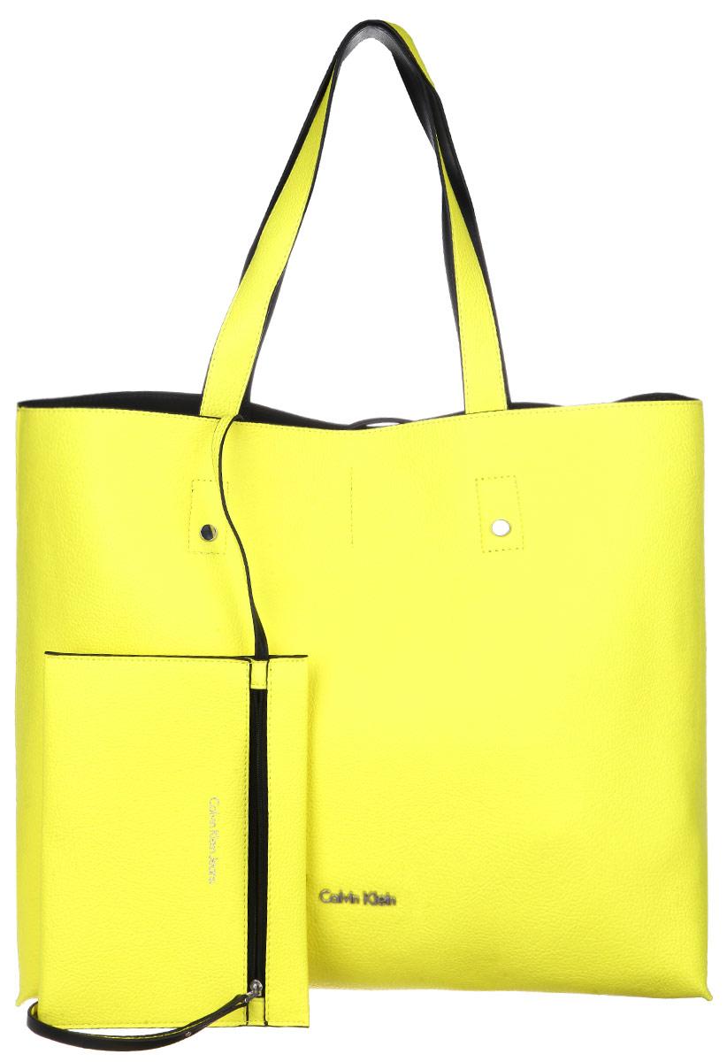 Сумка женская Calvin Klein Jeans, цвет: желтый. K60K601037967-637T-17s-01-42Стильная сумка женская Calvin Klein выполнена из полиуретана, оформлена металлической фурнитурой с символикой бренда.Изделие содержит одно вместительное отделение и закрывается с помощью двух ремешков. Сумка дополнена двумя практичными ручками, которые позволят носить изделие как в руках, так и на плече.Сумка оснащена кошельком, который фиксируется внутри изделия при помощи карабина. Кошелек закрывается на застежку-молнию.Оригинальный аксессуар от Calvin Klein Jeans позволит вам завершить образ и быть неотразимой.