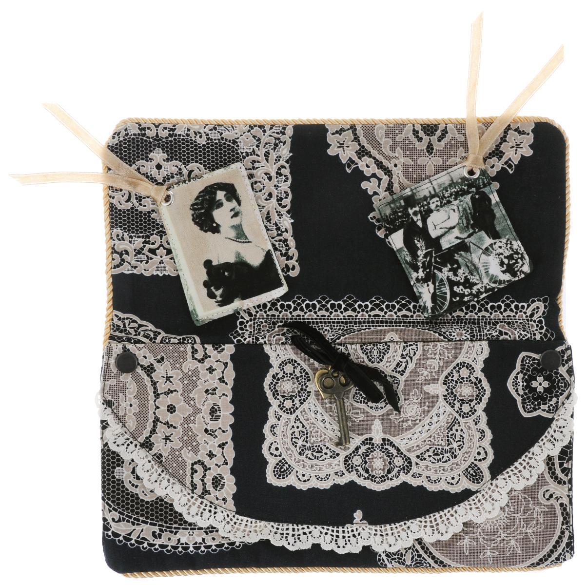 Чехол для подушки-думочки RTO Винтаж, 25 х 14 см. VT-720803113885Чехол для подушки-думочки RTO Винтаж выполнен из текстиля с изображением винтажных кружевных узоров. Изделие декорировано золотистым шнуром, кружевом и подвеской в виде ключика с сердечком. Серия Vintage Collection представляет аксессуары, выполненные в винтажном стиле. Такие изделия прекрасно оформят интерьер комнаты и станут замечательным подарком к любому случаю. Размер чехла: 25 х 14 см