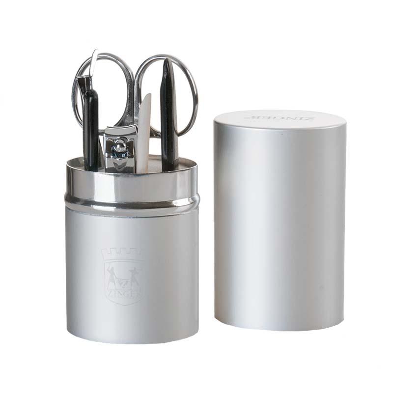 Zinger Маникюрный набор (на блистере) zo-64250-SSC-FM20104Ман.набор 6 предметов ( ножнцы куткульные, книпсер, пилка алмазная, триммер, апельсиновая палочка, пинцет), Футляр - металлический тубус. Цвет инструментов - глянцевое серебро. Упакока- фирменный блистер.
