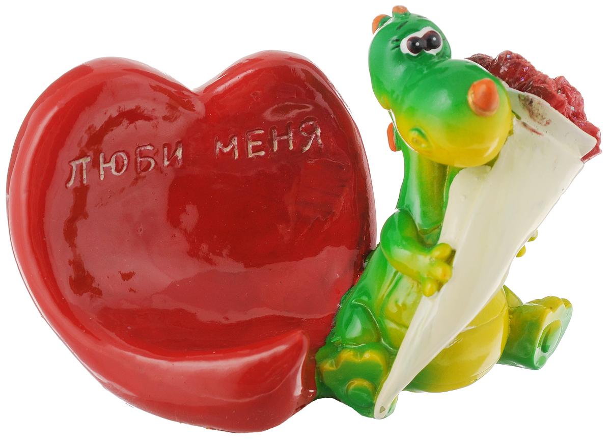 Статуэтка декоративная Lunten Ranta Дракончик. Я влюблен, с подставкой для телефона, цвет: красный, зеленый10850/1W GOLD IVORYОчаровательная статуэтка Lunten Ranta Дракончик. Я влюблен станет оригинальным подарком для всех любителей стильных вещей. Она выполнена из полирезина в виде дракончика с букетом цветов и имеет удобную поставку под телефон. Изысканный сувенир станет прекрасным дополнением к интерьеру. Вы можете поставить статуэтку в любом месте, где она будет удачно смотреться и радовать глаз.Общий размер статуэтки (с учетом подставки): 11,5 х 6 х 7 см. Размер подставки: 6,5 х 6 х 6 см.