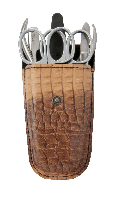 Zinger Маникюрный набор zMs Z-4-SM-SFAS-501/RМан. набор 6 предметов (ножницы кутикульные, ножницы ногтевые, кусачки маникюрные, пилка алмазная, металлический двусторонний шабер, пинцет). Чехол натуральная кожа. Цвет инструментов -матовое серебро. Оригинальня фирменная коробка