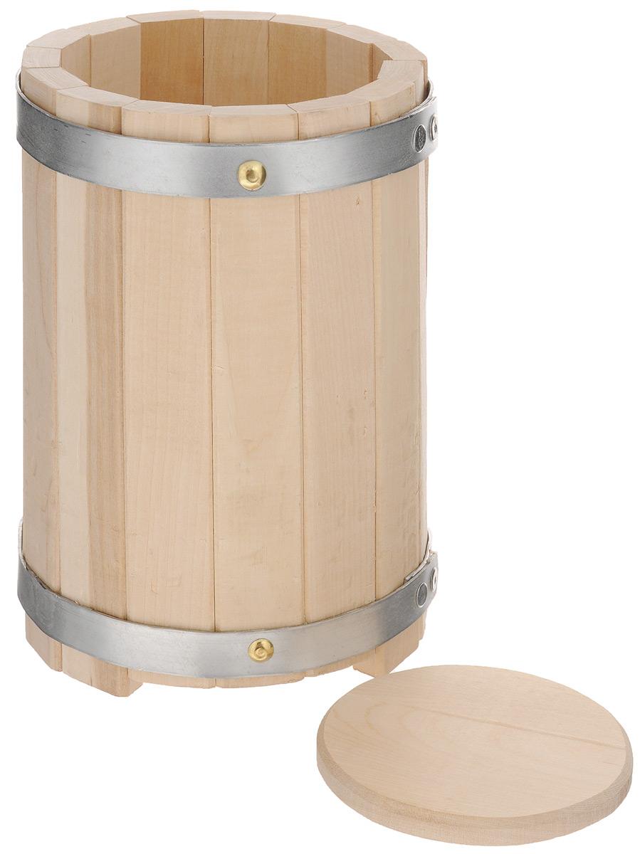 Кадка для бани Proffi Sauna, с гнетом, 3 л531-105Кадка с гнетом Proffi Sauna выполнена из брусков березы, стянутых двумя металлическими обручами. Она прекрасно подойдет для замачивания веника или других банных процедур, а также для хранения солений. Кадка является одной из тех приятных мелочей, без которых не обойтись при принятии банных процедур.Эксплуатация бондарных изделий.Перед первым использованием бондарное изделие рекомендуется подготовить. Для этого нужно наполнить изделие холодной водой и оставить наполненным на 2-3 часа. Затем необходимо воду слить, обдать изделие сначала горячей, потом холодной водой. Не рекомендуется оставлять бондарные изделия около нагревательных приборов, а также под длительным воздействием прямых солнечных лучей.С момента начала использования бондарного изделия не рекомендуется оставлять его без воды на срок более 1 недели. Но и продолжительное время хранить в таких изделиях воду тоже не следует.После каждого использования необходимо вымыть и ошпарить изделие кипятком. В качестве моющих средств желательно использовать пищевую соду либо раствор горчичного порошка.Правильное обращение с бондарными изделиями позволит надолго сохранить их эксплуатационные свойства и продлить срок использования! Объем кадки: 3 л. Диаметр кадки по верхнему краю: 16 см. Диаметр основания кадки: 18 см. Высота кадки: 24 см. Диаметр гнета: 12 см.