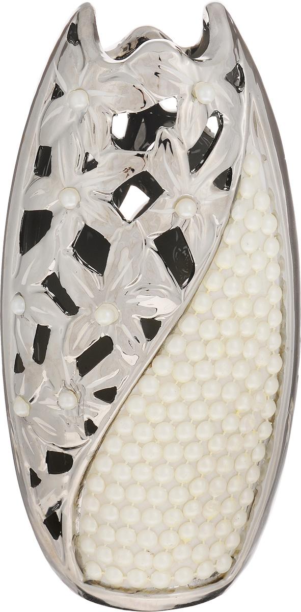 Ваза Sima-land Жемчужный пояс, высота 25 смFS-80423Ваза Sima-land Жемчужный пояс, изготовленная из высококачественной керамики, имеет необыкновенный дизайн: авангардный стальной глянец приглушен романтичностью цветочного ажура и элегантным рельефом белых бусин. Дно изделия оснащено нескользящими накладками. Интереснаяформа и необычное оформление сделают вазу замечательным украшением интерьера. В такой вазе эффектно будут смотреться композиции, выполненные из искусственных цветов. Любое помещение выглядит незавершенным без правильно расположенных предметов интерьера. Они помогают создать уют, расставить акценты, подчеркнуть достоинства или скрыть недостатки.