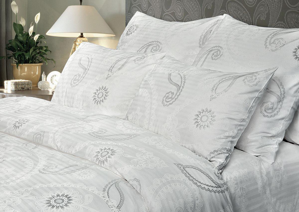 Комплект белья Verossa, 1,5-спальный, наволочки 70х70. 192181192181Комплект постельного белья включает в себя четыре предмета: простыню, пододеяльник и две наволочки, выполненные из сатина.Сатин - гладкая и прочная ткань, которая своим блеском, легкостью и гладкостью похожа на шелк, но выгодно отличается от него в цене. Сатин практически не мнется, поэтому его можно не гладить. Ко всему прочему, он весьма практичен, так как хорошо переносит множественные стирки. Размер пододеяльника: 148 x 215 см.Размер простыни: 180 x 215 см.Размер наволочек: 50 x 70 см.