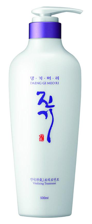 DaengGiMeоRi Виталайзинг кондиционер, 500 мл72523WDУникальная косметическая продукция Тенги Мори производится на основе экстрактов восточных лечебных трав по технологии, основанной на народных рецептах изготовления косметики в Корее. Благодаря высокому содержанию растительных экстрактов, кондиционер интенсивно увлажняет и восстанавливает структуру волос, делая их послушными и эластичными. Кератин эффективно защищает от повреждений и пересушивания, лецитин оказывает антиоксидантное действие, нормализуя водный баланс кожи и волос. В результате волосы приобретают блеск, шелковистость, здоровый и ухоженный вид.