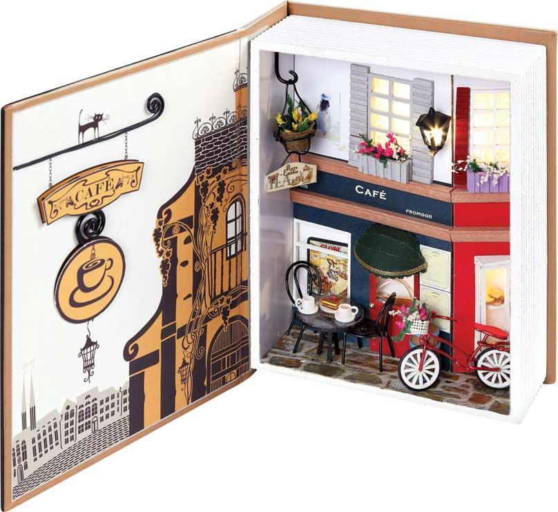 """Набор для создания румбокса (миниатюры) """"Пражское кафе"""".  Коллекционные наборы для создания миниатюр или как их еще называют румбокс, представляют из себя коробку-витрину для демонстрации трехмерных моделей, которые выполнены в определенном масштабе. Миниатюрой может быть часть улицы, комната, кафе, домик или просто красивый уголок природы.  Из набора для создания миниатюры вы можете построить небольшую модель кафе с мебелью и деталями интерьера. Самостоятельно из деталей постройте стены кафе, сделайте мебель, цветы и даже проведите освещение. Все детали расфасованы по пакетам и с помощью инструкции на русском языке вы поэтапно построите миниатюру.   Основа миниатюры """"Пражское кафе"""" – коробочка в форме толстой книги, вы можете держать ее открытой, а если закроете, то можно легко переносить или хранить на полке.     В набор входят:  - основа миниатюры:книжка – коробочка, - детали интерьера в разборе, - клей, - ножницы, - пинцет, - диодное освещение, - пошаговая инструкция на русском языке с иллюстрациями."""