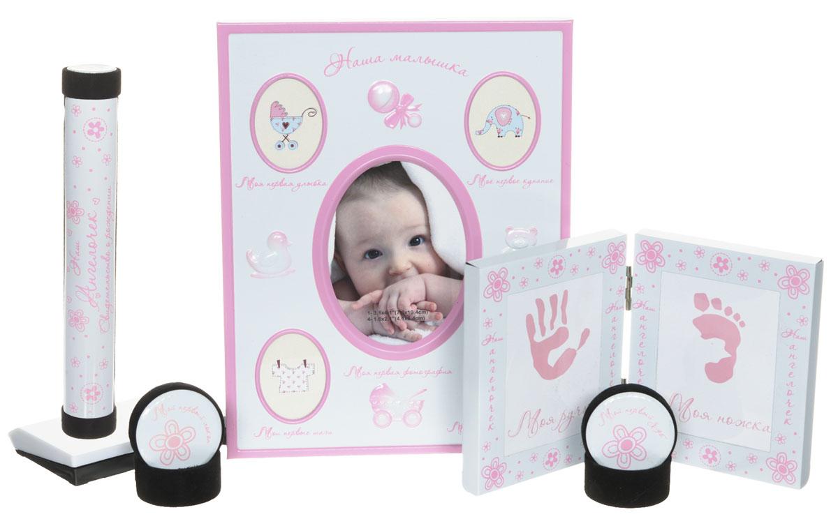 Bradex Набор подарочный для новорожденного Моя малышка25051 7_зеленыйСохраните мимолетные мгновения жизни вашего ребенка с помощью необычного набора для новорождённого Моя малышка.Рамка для первых фотографий прекрасно впишется в домашний интерьер и долгие годы будет напоминать всей семье о самых значимых моментах вашего крохи. Кроме того, рамочки, куда вы сможете поместить отпечатки крохотной ручки и ножки, позволят создать оригинальный сувенир, который всю оставшуюся жизнь будет напоминать всей семье, каким крохотным и трогательным был ваш малыш. Отпечатки можно сделать, приложив ручку или ножку малыша к губке с чернилами и затем, приложив к бумаге.В набор входят две миниатюрные круглые шкатулки, у каждой из которых - четкое предназначение. В одной шкатулке нужно хранить первый локон, который все родители обязательно сохраняют после первой стрижки подросшего малыша. Во вторую шкатулку кладут первый выпавший молочный зубик, который также принято хранить на память. Удобный футляр для свидетельства о рождении так же станет незаменимым аксессуаром для вас. Очень красивый и трогательный подарок. Идеально подойдет для подарка на рождение ребенка, крестины, а также когда малышу исполнится годик.