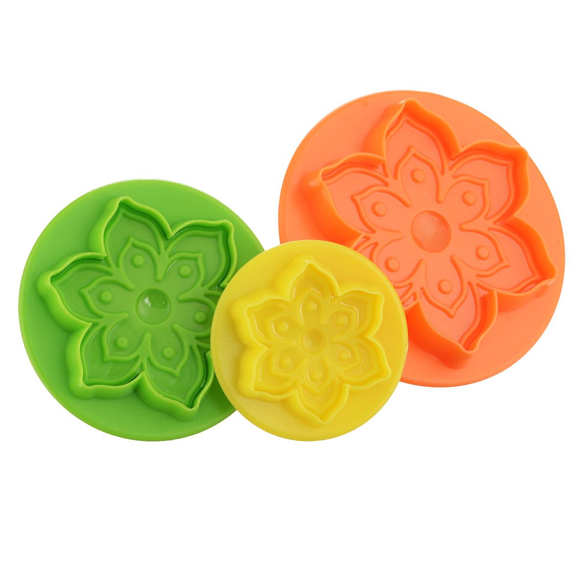 Набор форм для печенья Mayer & Boch Цветок, цвет: зеленый, оранжевый, желтый, 3 шт68/5/2Набор Mayer & Boch Цветок состоит из трех формочек, выполненных из разноцветного пластика. Изделия имеют форму цветов, оснащены удобными ручками. Раскатайте тесто, возьмите форму, надавите ею на тесто (как будто ставите печать) и у вас получится красивая вырезка в виде цветочка. Такой набор формочек позволит приготовить печенье по вашему любимому рецепту, но в необычном оформлении, которое обязательно придется по душе и детям, и взрослым.Диаметр форм: 8 см, 7 см, 5 см.