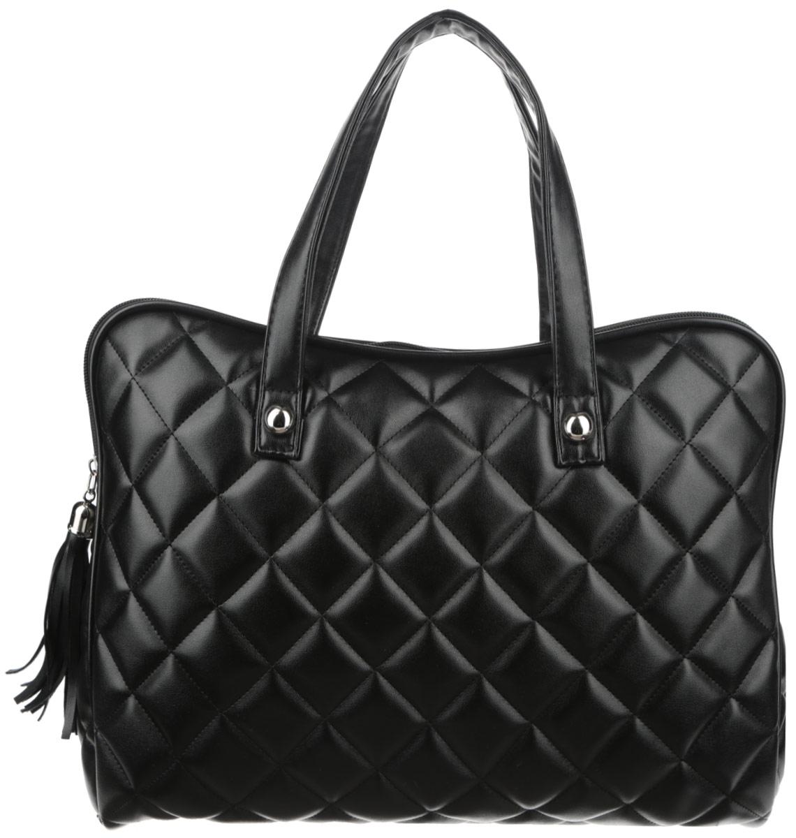 Сумка женская Antan Dress Code, цвет: черный. 3-37/2BM8434-58AEСтильная сумка Antan Dress Code изготовлена из искусственной кожи и оформлена геометрической стежкой. Сумка создана для женщин, ценящих лаконичный дизайн в сочетании с функциональностью.Сумка содержит одно вместительное отделение с двумя нашивными небольшими карманами и закрывается на пластиковую застежку-молнию с фирменным брелоком-кистью. Изделие оснащено двумя практичными ручками, которые дополнены декоративными металлическими элементами.Оригинальный аксессуар позволит вам завершить образ и быть неотразимой.