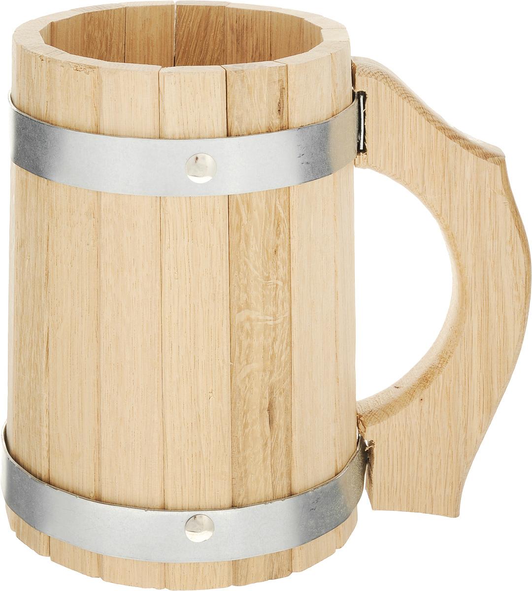 Кружка для бани и сауны Proffi Sauna, 2 л391602Кружка Proffi Sauna выполнена из натурального дуба с двумя металлическими обручами и резной ручкой. Она просто незаменима для подачи напитков, приготовления отваров из трав и ароматических масел, также подходит для декора или в качестве сувенира.Эксплуатация бондарных изделий.Перед первым использованием бондарное изделие рекомендуется подготовить. Для этого нужно наполнить изделие холодной водой и оставить наполненным на 2-3 часа. Затем необходимо воду слить, обдать изделие сначала горячей, потом холодной водой.Не рекомендуется оставлять бондарные изделия около нагревательных приборов, а также под длительным воздействием прямых солнечных лучей.С момента начала использования бондарного изделия не рекомендуется оставлять его без воды на срок более 1 недели. Но и продолжительное время хранить в таких изделиях воду тоже не следует.После каждого использования необходимо вымыть и ошпарить изделие кипятком. В качестве моющих средств желательно использовать пищевую соду либо раствор горчичного порошка.Правильное обращение с бондарными изделиями позволит надолго сохранить их эксплуатационные свойства и продлить срок использования! Объем кружки: 2 л. Диаметр по верхнему краю: 12 см. Высота стенки: 19 см. Длина ручки: 17,5 см.