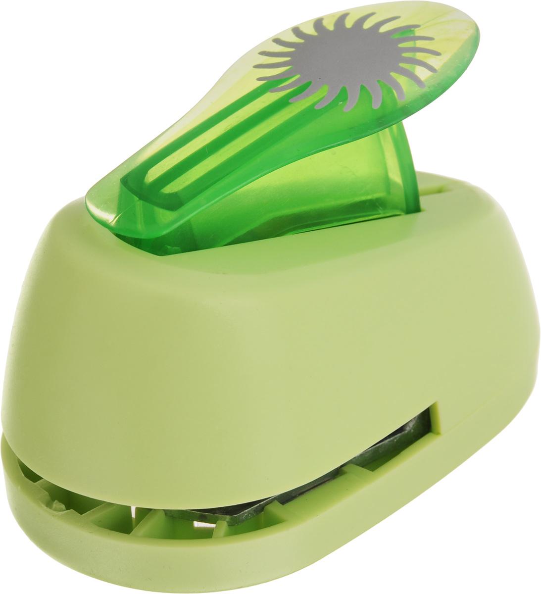 Дырокол фигурный Hobbyboom Солнце-василек, №88, цвет: салатовый, 2,5 смCD-99S-327_сиреневыйДырокол фигурный Hobbyboom Солнце-василек, выполненный из прочного пластика и металла, используется в скрапбукинге для украшения открыток, карточек, коробочек и многого другого.Применяется для прорезания фигурных отверстий в бумаге. Вырезанный элемент также можно использовать для украшения.При применении на бумаге большей плотности или на картоне дырокол быстро затупится. Чтобы заточить нож компостера, нужно прокомпостировать самую тонкую наждачку. Предназначен для бумаги плотностью от 80 до 200 г/м2. Размер дырокола: 8 х 5 х 5,5 см.Размер готовой фигурки: 2,5 х 2,5 см.