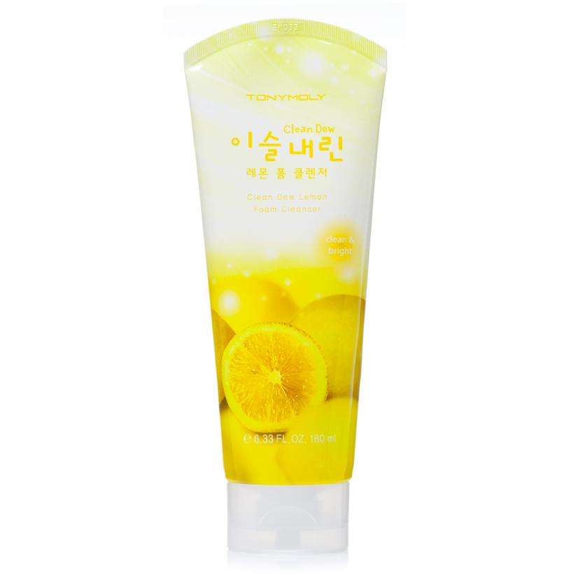TonyMoly Пенка для умывания с экстрактом лимона Clean Dew Lemon Foam Cleanser, 180млFS-00897Пенка для ежедневного ухода за кожей и очищения её от загрязнений и макияжа. Основной компонент – экстракт лимона, богатый витамином С. Экстракт лимона – мощный природный антиоксидант, защищает кожу от разрушительного действия свободных радикалов, ускоряет клеточный метаболизм, подавляет синтез меланина, благодаря чему осветляются существующие пигментные пятна и предотвращается появление новых. Осветляющая пенка для умывания не только эффективно удаляет с поверхности кожи макияж и загрязнений, но также глубоко очищает поры от скопившегося кожного жира и отшелушивает омертвевшие клетки. Очищенная и обновленная кожа становится ровнее, поры сужаются, а тон лица становится светлым, чистым, сияющим. Пенка с экстрактом лимона предназначена для ухода за тусклой, усталой, пигментированной, проблемной, комбинированной и жирной кожей. Марка Tony Moly чаще всего размещает на упаковке (внизу или наверху на спайке двух сторон упаковки, на дне банки, на тубе сбоку) дату изготовления в формате: год/месяц/дата.