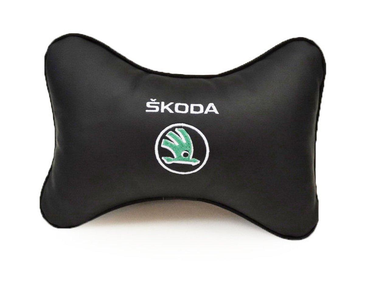 Подушка на подголовник Auto Premium Skoda, цвет: черный. 37018CA-3505Подушка на подголовник Auto Premium Skoda - это прежде всего лучший способ создать комфорт для шеи и головы во время пребывания в автомобильном кресле. Большинство штатных подголовников устроены так, что до них попросту не дотянуться. Данный аксессуар полностью решает эту проблему, создавая мягкую ортопедическою поддержку. Подушка крепится к сиденью, а это значит один раз поставил - и забыл. Меньше утомляемость - выше внимание и концентрация на дороге. Подушка одинаково удобна для пассажира и водителя. Выполнена из экокожи, а значит имеет повышенный ресурс и прочность. Легко чистится влажной тряпкой, не требует стирки, не впитывает пыль и грязь. Экокожа дышащий материал, а значит будет комфортно и летом.