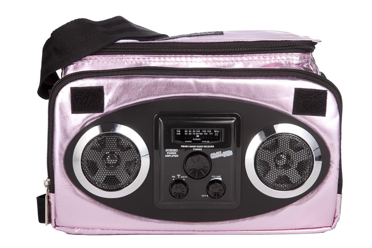 Сумка-холодильник Fydelity Mixid Chillout Cooler, цвет: розовый металлик, черный, 11 л468802_серебристыйМодная вместительная термосумка Fydelity Mixid Chillout Cooler через плечо со встроенным радиоприемником в виде кассетного магнитофона прекрасно держит тепло-холод! Для удобства модель оснащена двумя отделениями на застежке-молнии, в одном из которых спрятаны водонепроницаемые Hi-Fi stereo 3 Ватт динамики с усилителем. Легкое подключение телефона, mp3, CD плеера, iPod/iPad через 3,5мм стереоджек. Отделения для iPod/iPhone для быстрого и удобного доступа к вашему плееру. Источником питания являются 4 батарейки типа AA (пальчиковые), для непрерывного 10-часового звучания. Изделие универсально, подойдет как для повседневного использования, так и для активного отдыха и путешествий. Отношение сигнал/шум: 60 ДБ.Диапазон воспроизводимых частот: 150 Гц~20 кГц.