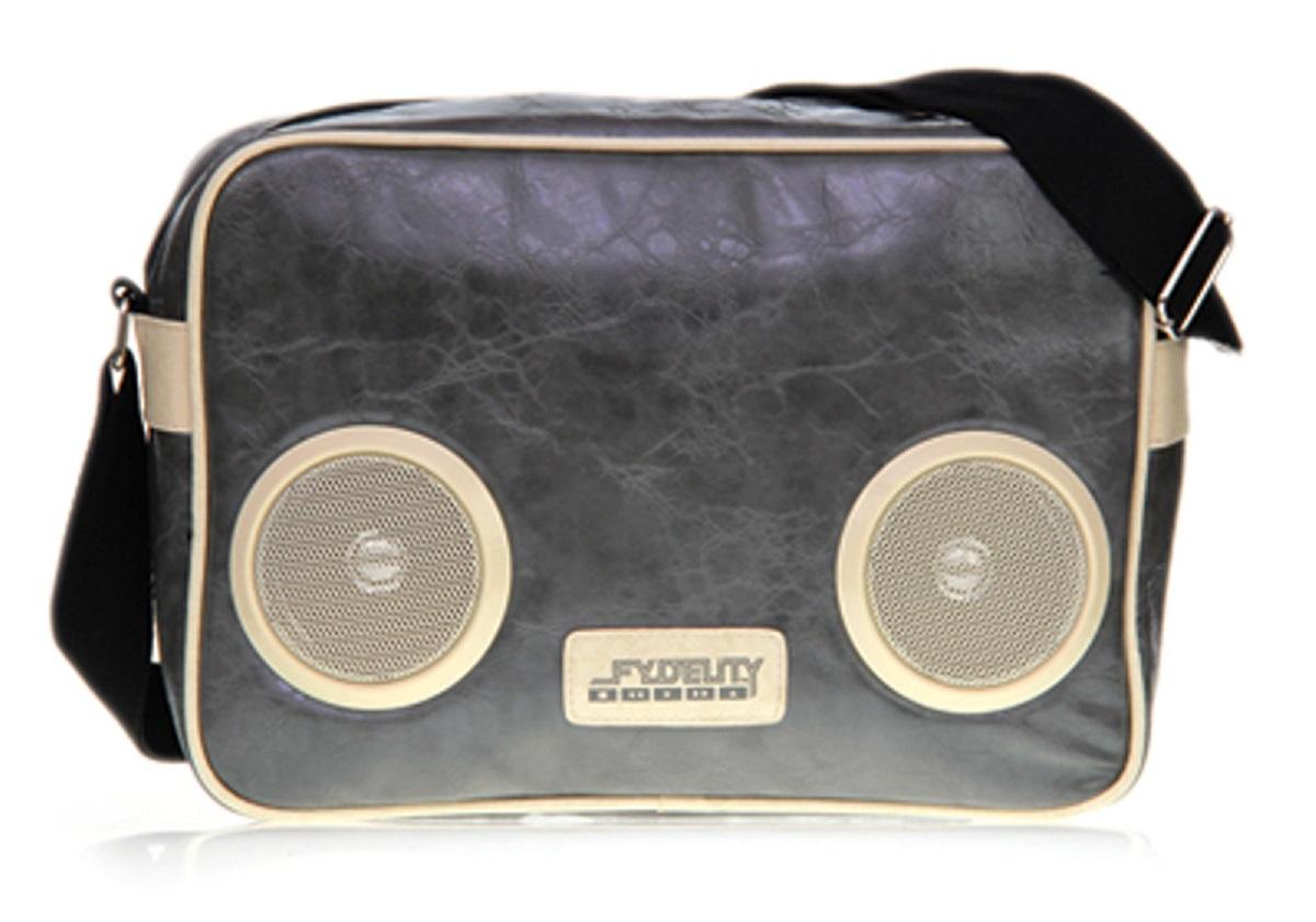 Сумка молодежная Fydelity G-Force Shoulder Bag, цвет: серый глянец, 7 лГризлиСумка молодежная Fydelity G-Force Shoulder Bag - через плечо, яркая модель с жестким дном в виде кассетного ретро-магнитофона. Плотная ткань и удобная застежка молния с логотипом компании обеспечит герметичность изделию. Подкладка оформлена актуальным фирменным принтом. Внутри одно отделение, потайной карман и один подвесной, в который спрятан блок и провода к водонепроницаемым Hi-Fi stereo 3 Ватт динамикам с усилителем. Характеристики:Отношение сигнал/шум: 60 ДБ. Легкое подключение телефона, mp3, CD плеера, iPod/iPad через 3,5мм стереоджек. Отделения для iPod/iPhone для быстрого и удобного доступа к вашему плееру. Источник питания: 4 батарейки типа AA (пальчиковые), для непрерывного 10-часового звучания. Диапазон воспроизводимых частот: 150 Гц ~ 20 кГц.
