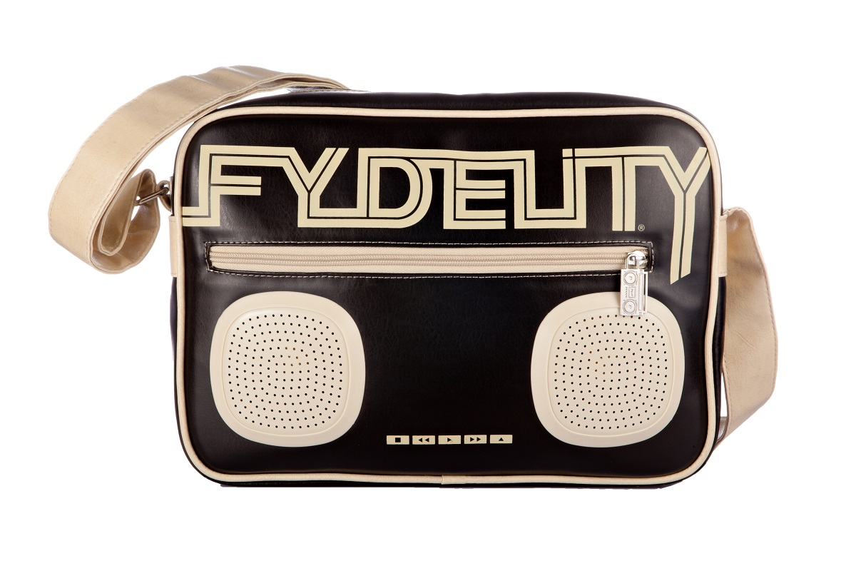 Сумка молодежная Fydelity G-Force Shoulder Bag, цвет: черный, 7 л92480Сумка молодежная Fydelity G-Force Shoulder Bag - через плечо, яркая модель с жестким дном в виде кассетного ретро-магнитофона. Плотная ткань и удобная застежка молния с логотипом компании обеспечит герметичность изделию. Подкладка оформлена актуальным фирменным принтом. Внутри одно отделение, потайной карман и один подвесной, в который спрятан блок и провода к водонепроницаемым Hi-Fi stereo 3 Ватт динамикам с усилителем. Характеристики:Отношение сигнал/шум: 60 ДБ. Легкое подключение телефона, mp3, CD плеера, iPod/iPad через 3,5мм стереоджек. Отделения для iPod/iPhone для быстрого и удобного доступа к вашему плееру. Источник питания: 4 батарейки типа AA (пальчиковые), для непрерывного 10-часового звучания. Диапазон воспроизводимых частот: 150 Гц ~ 20 кГц.
