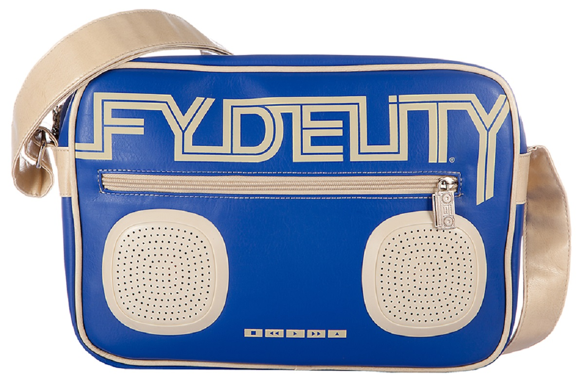 Сумка молодежная Fydelity G-Force Shoulder Bag, цвет: синий, 7 л92481Сумка молодежная Fydelity G-Force Shoulder Bag - через плечо, яркая модель с жестким дном в виде кассетного ретро-магнитофона. Плотная ткань и удобная застежка молния с логотипом компании обеспечит герметичность изделию. Подкладка оформлена актуальным фирменным принтом. Внутри одно отделение, потайной карман и один подвесной, в который спрятан блок и провода к водонепроницаемым Hi-Fi stereo 3 Ватт динамикам с усилителем. Характеристики:Отношение сигнал/шум: 60 ДБ. Легкое подключение телефона, mp3, CD плеера, iPod/iPad через 3,5мм стереоджек. Отделения для iPod/iPhone для быстрого и удобного доступа к вашему плееру. Источник питания: 4 батарейки типа AA (пальчиковые), для непрерывного 10-часового звучания. Диапазон воспроизводимых частот: 150 Гц ~ 20 кГц.