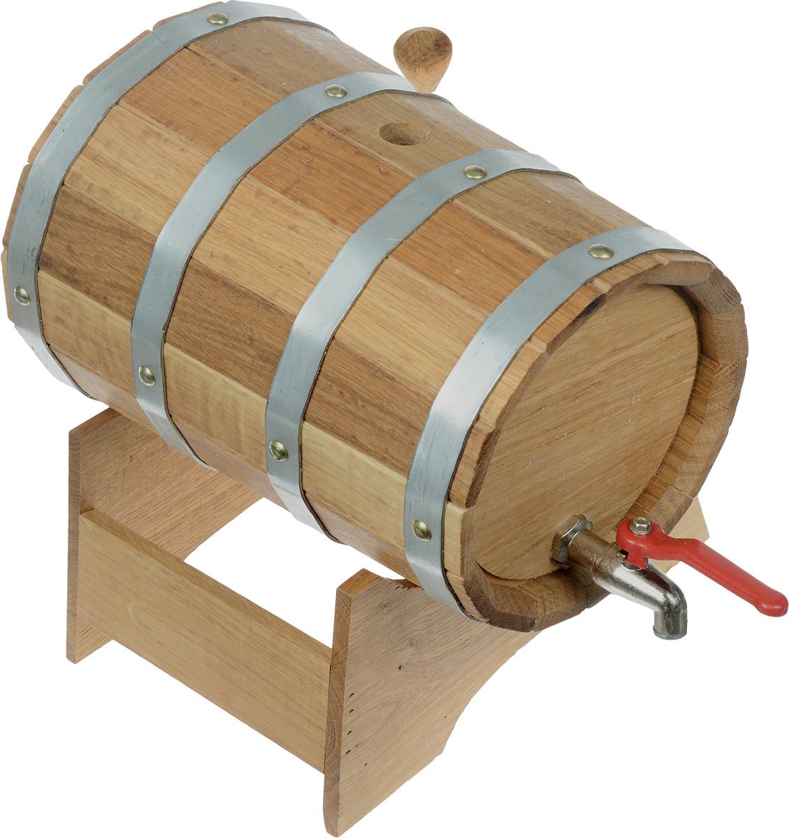 Бочонок для бани и сауны Proffi Sauna, на подставке, 5 л1004900000360Бочонок Proffi Sauna изготовлен из дуба. Он прекрасно впишется своим дизайном в интерьер.Дубовый бочонок является одним из лучших среди бондарных изделий для использования в бане или сауне. Корпус бочонка состоит из металлических обручей, стянутых клепками. Для более удобного использования изделие имеет краник и подставку. Главное достоинство в том, что все полезные свойства остаются в сохранности.Эксплуатация бондарных изделий. Перед первым использованием бондарное изделие рекомендуется подготовить. Для этого нужно наполнить изделие холодной водой и оставить наполненным на 2-3 часа. Затем необходимо воду слить, обдать изделие сначала горячей, потом холодной водой. Не рекомендуется оставлять бондарные изделия около нагревательных приборов, а также под длительным воздействием прямых солнечных лучей.С момента начала использования бондарного изделия не рекомендуется оставлять его без воды на срок более 1 недели. Но и продолжительное время хранить в таких изделиях воду тоже не следует.После каждого использования необходимо вымыть и ошпарить изделие кипятком. В качестве моющих средств желательно использовать пищевую соду либо раствор горчичного порошка.Правильное обращение с бондарными изделиями позволит надолго сохранить их эксплуатационные свойства и продлить срок использования! Объем бочонка: 5 л. Диаметр бочонка (по верхнему краю): 18,5 см. Размер подставки: 19 х 26 х 13 см.