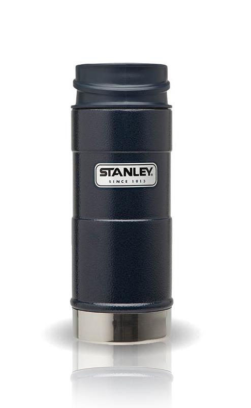Термокружка Stanley Classic, цвет: синий, 0,35 лSPIRIT ED 8420Термокружка Stanley Classic выполнена из высококачественной нержавеющей стали. Кружка идеально подходит как для горячих, так и для холодных напитков, надолго сохраняя их температуру. Герметичная крышка выполнена из пластика и оснащена кнопкой-фиксатором слива, что предотвращает проливание. Также имеется отверстие для питья. Вакуумная изоляция сохраняет напитки горячими на протяжении 4,5 часов, холодными - около 5.Диаметр термокружки по верхнему краю: 7 см.Диаметр дна термокружки: 7,4 см.Высота термокружки (с учетом крышки): 20 см.