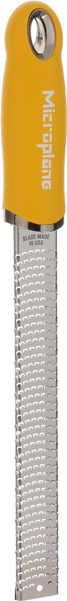 Терка для цедры и сыра Microplane, цвет: стальной, желтыйFS-91909Терка Microplane, изготовленная из нержавеющейстали, оснащена мелкими лезвиями ипредназначена специально для натирания сыра ицедры. Изделие оснащено эргономичной ручкой с нескользящим покрытием.Такой уникальный предмет станет незаменимымпомощником на вашей кухне и понравится любойхозяйке. Длина терки: 32,5 см.Размер рабочей поверхности: 18,5 х 2,5 см.Microplane – это легендарные американские терки. ПродукциейMicroplane пользуются все известные кулинары и повара всего мира, среди них знаменитый шеф-повар Джейми Оливер. Вся продукция Microplane производится на собственном заводе в США. Для изготовления терок Microplane используют самую качественную нержавеющую сталь. Благодаря уникальному химическому составу стали, продукция Microplane не окисляется и сохраняет большее количество витаминов и полезных веществ в продуктах. Для производства продукции Microplane используются нержавеющие стали высокой твердости, поэтому продукция Microplane не тупится годами. Запатентованный процесс фотогравировки позволяет создать сверхострые лезвия для продукции Microplane.